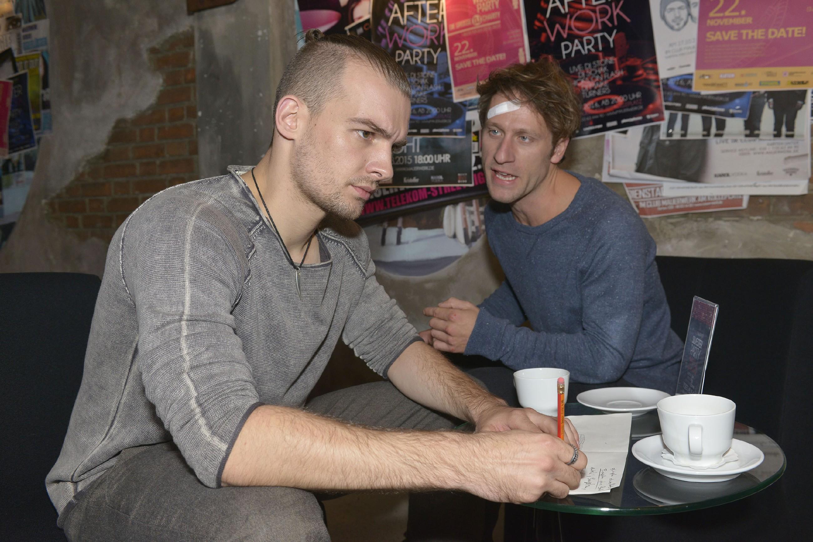 Till (Merlin Leonhardt, r.) versucht Chris (Eric Stehfest) davon zu überzeugen, sein Obdachlosen-Projekt nicht durch falschen Stolz zu gefährden. (Quelle: RTL / Rolf Baumgartner)