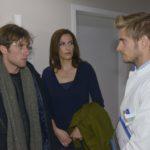 Till (Merlin Leonhardt, l.) und Katrin (Ulrike Frank) sind verunsichert, als Philip (Jörn Schlönvoigt) Till seine Diagnose alleine mitteilen möchte. (Quelle: RTL / Rolf Baumgartner)
