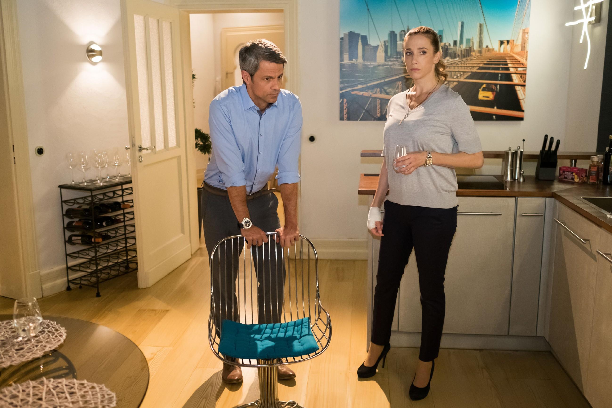 Andrea (Kristin Meyer) bittet Benedikt (Jens Hajek), ihr die Führungsrolle in der Familie wieder abzunehmen. (Quelle: RTL / Stefan Behrens)