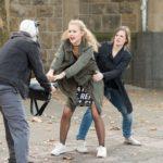 Als sich KayC (Pauline Angert, M.) und Elli (Nora Koppen, r.) die Gewinnsumme von der Bank holen, werden sie ausgerechnet von einem Mann mit Clownsmaske (Komparse) überfallen... (Quelle: RTL / Stefan Behrens)