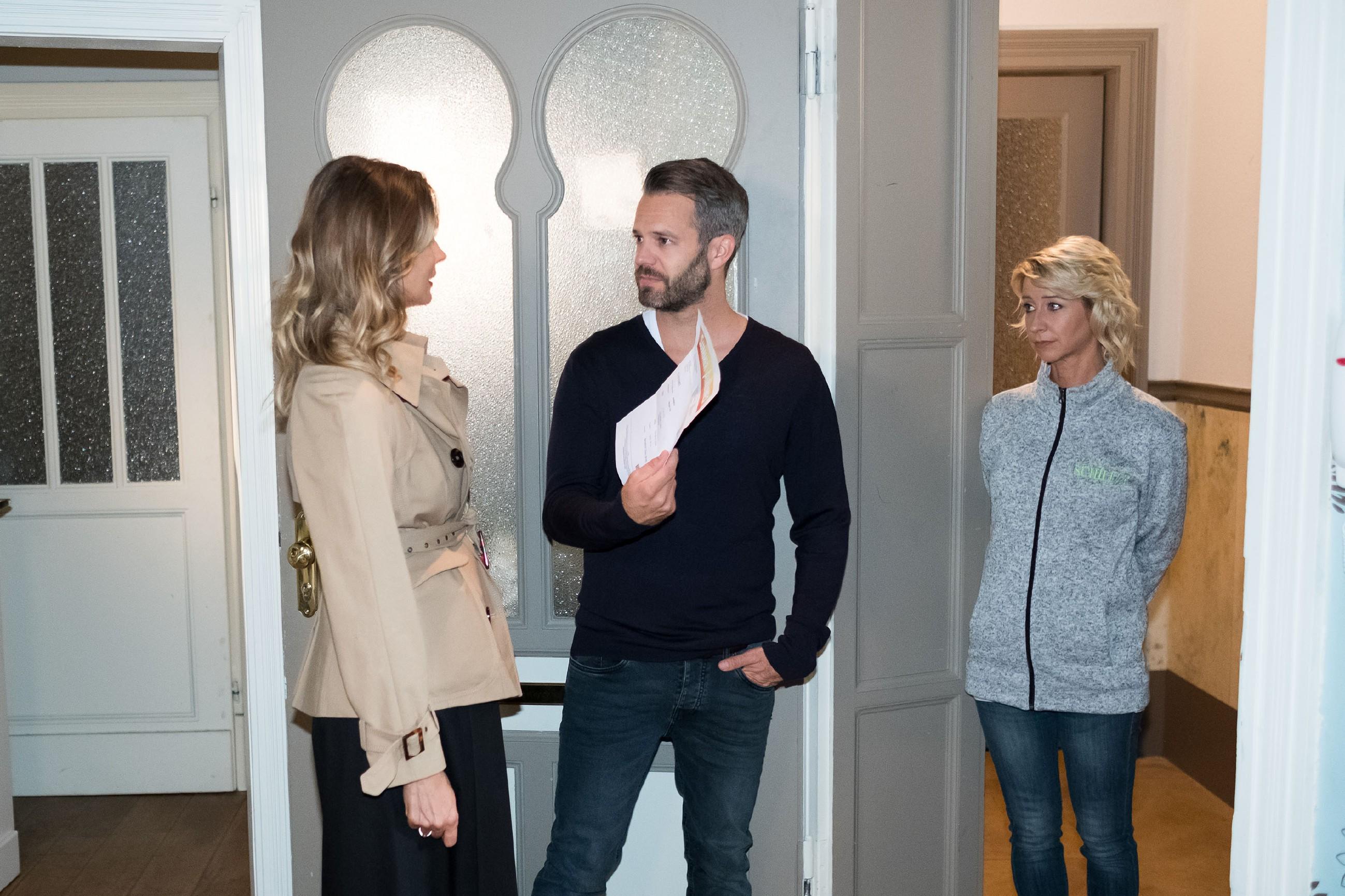 Till (Ben Ruedinger) reagiert irritiert, als Ute (Isabell Hertel, r.) ihn damit konfrontiert, dass Eva (Claudelle Deckert) Ute mitsamt Tills Baby loswerden wollte. (Quelle: RTL / Stefan Behrens)