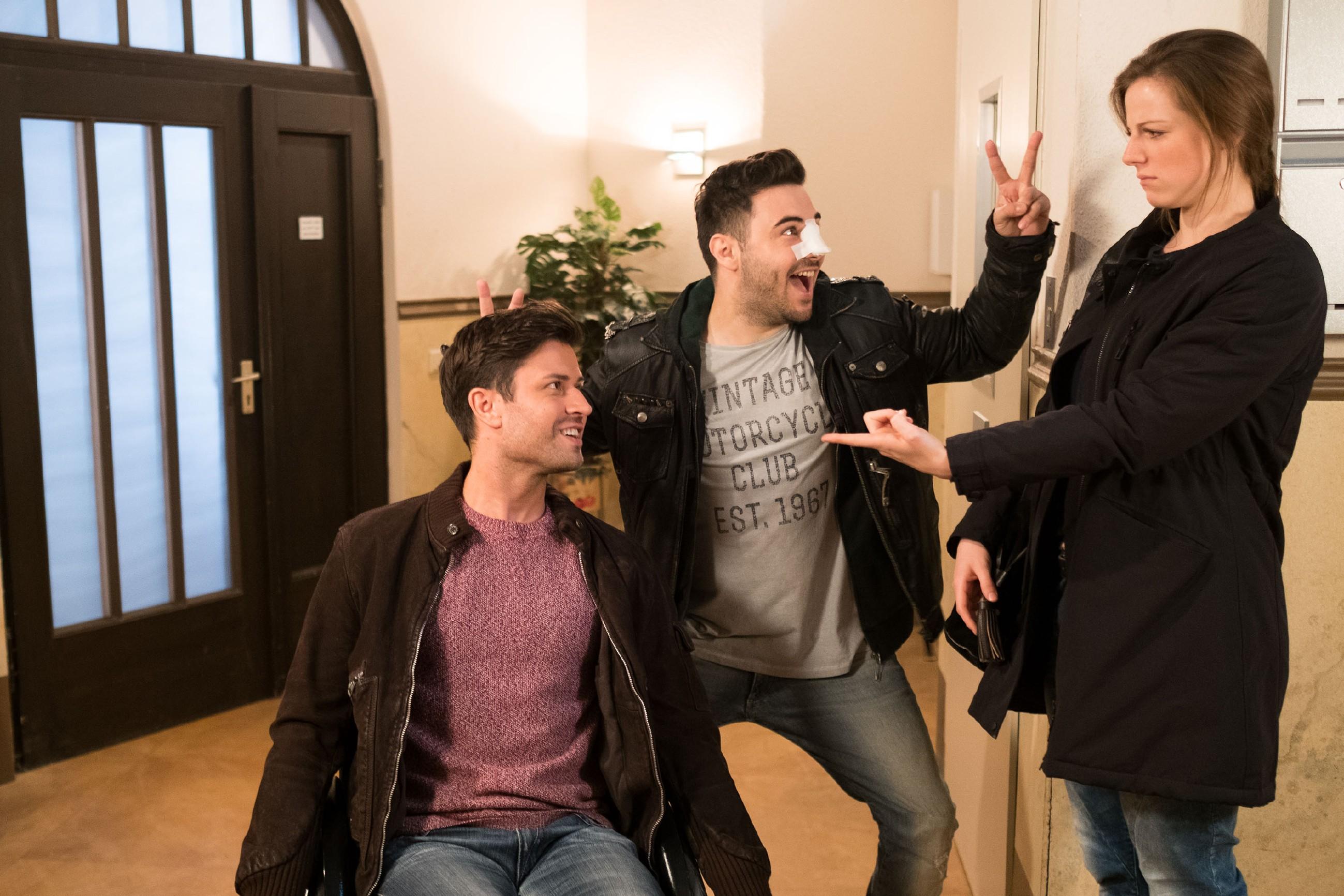 Easy (Lars Steinhöfel, M.) freut sich wie verrückt, als er im Beisein von Paco (Milos Vukovic) und Elli (Nora Koppen) erfährt, dass Tobias den Mega-Fernseh-Sessel gekauft hat, den sich Easy so gewünscht hat. (Quelle: RTL / Stefan Behrens)