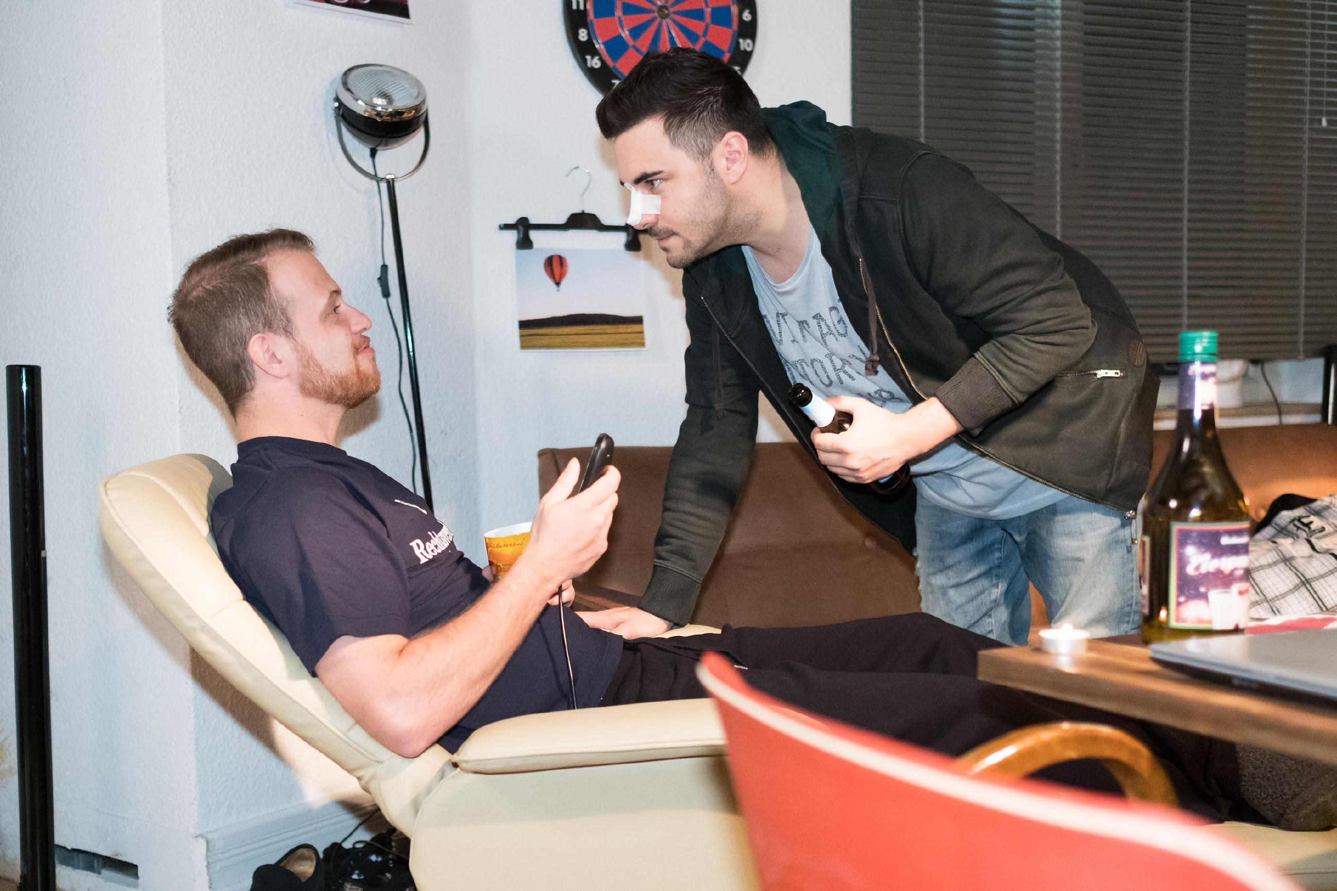 Zwischen Tobias (Patrick Müller, l.) und Easy (Lars Steinhöfel) kommt es zu einem Belagerungskampf um den beliebten Fernseh-Sessel. (Quelle: RTL / Stefan Behrens)