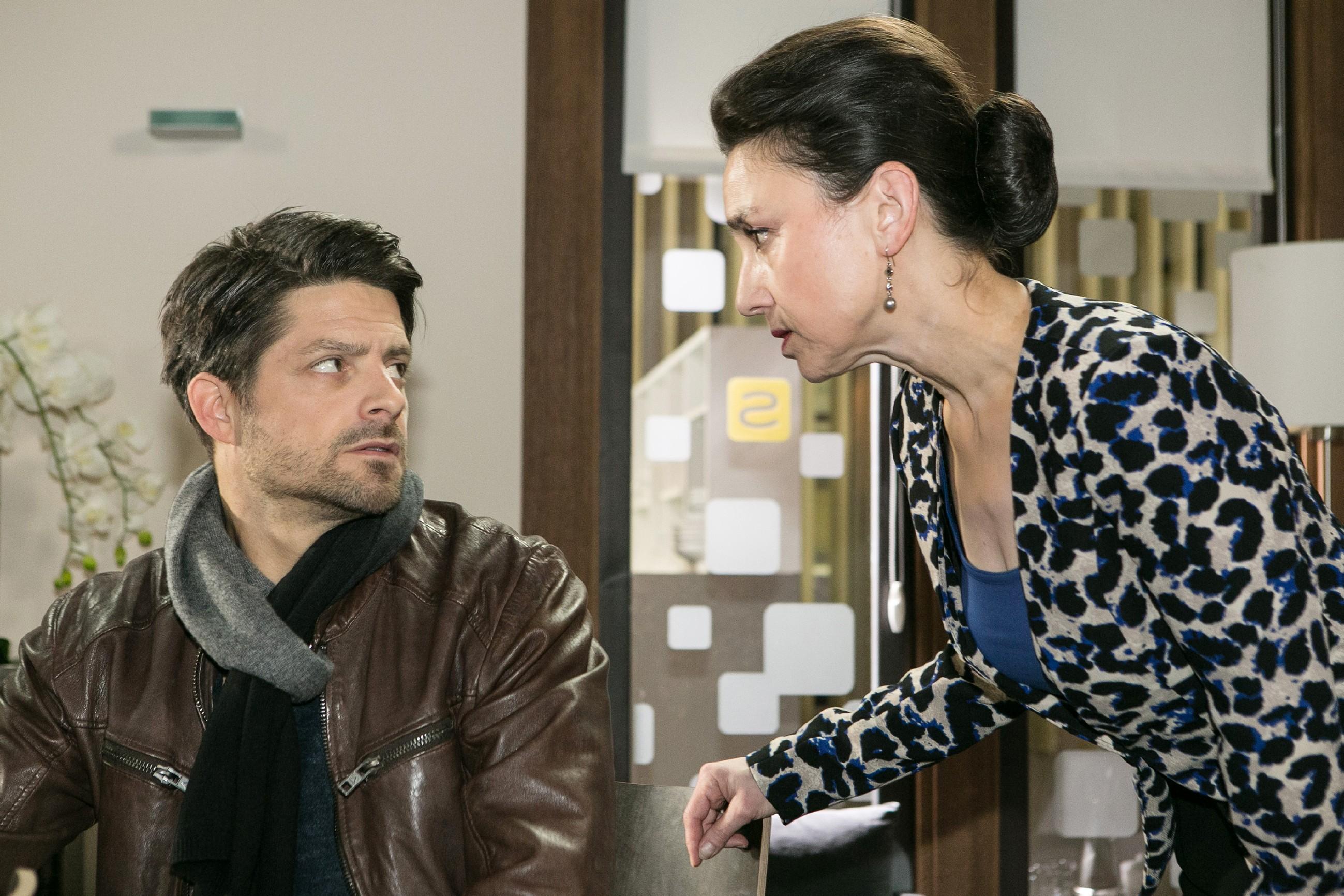 Simone (Tatjana Clasing) muss entsetzt befürchten, dass bei der Bestechung etwas schief gegangen ist, als sich Vincents (Daniel Buder) Kontakt in Indien nicht meldet. (Quelle: RTL / Kai Schulz)