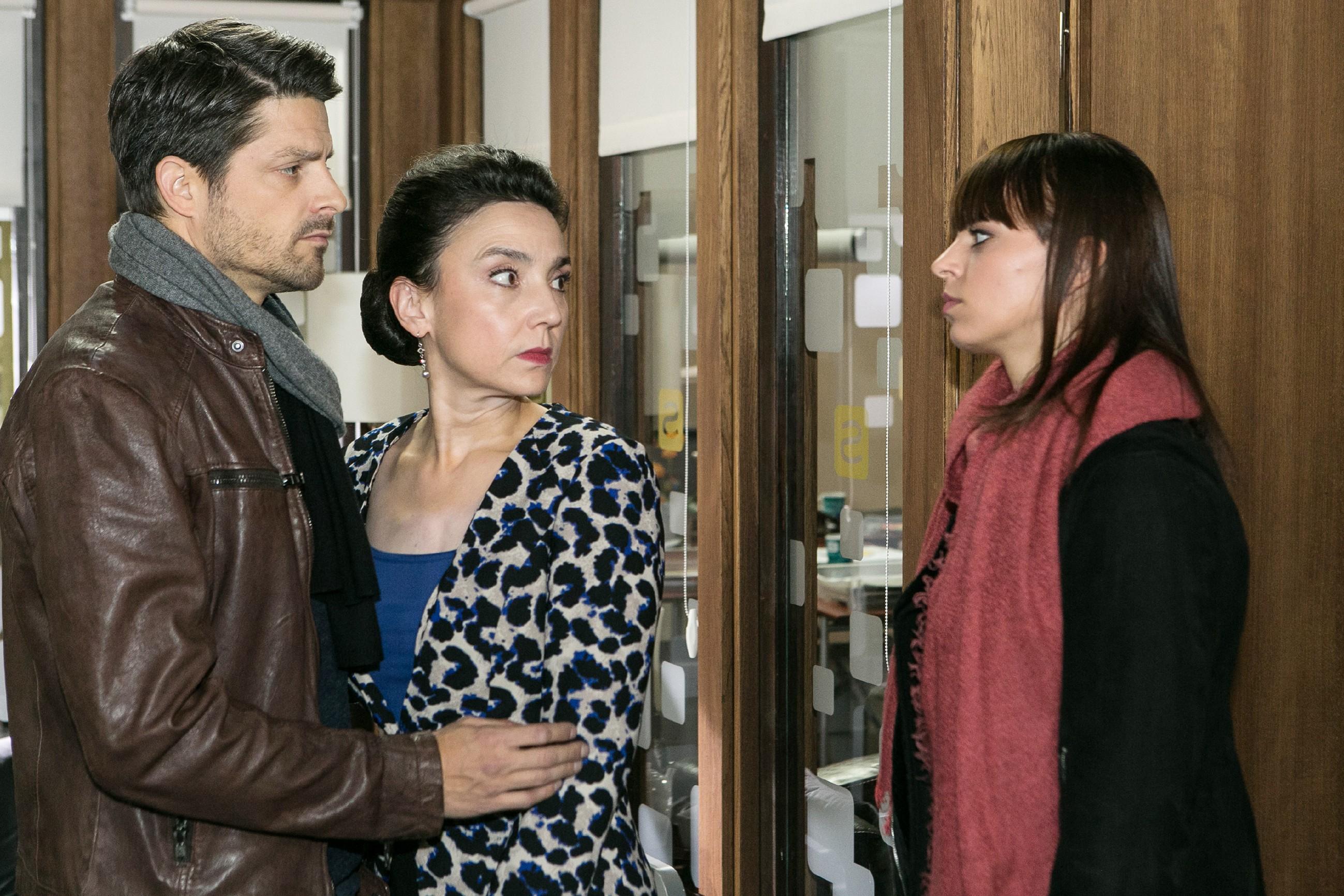 In ihrer Sorge um Richard sucht Simone (Tatjana Clasing, M.) einen Moment die Nähe von Vincent (Daniel Buder) und wird dabei von Michelle (Franziska Benz) ertappt. (Quelle: RTL / Kai Schulz)