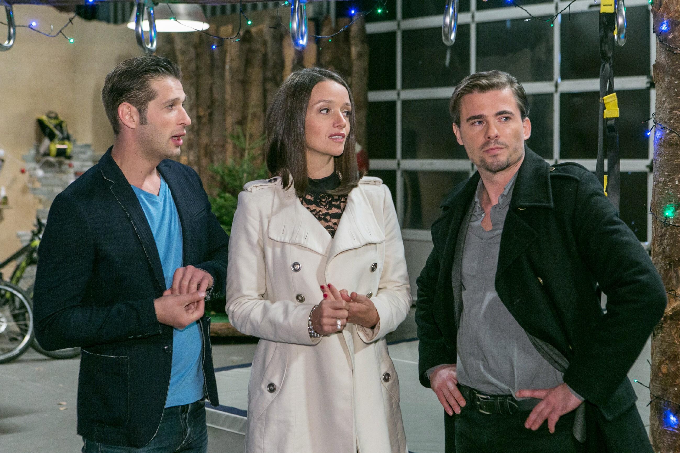 Deniz (Igor Dolgatschew, l.) und Jenny (Kaja Schmidt-Tychsen) müssen ihre Aussprache verschieben, als Falko Pachlhuber (Max Claus) in ihr Gespräch platzt. (Quelle: RTL / Kai Schulz)