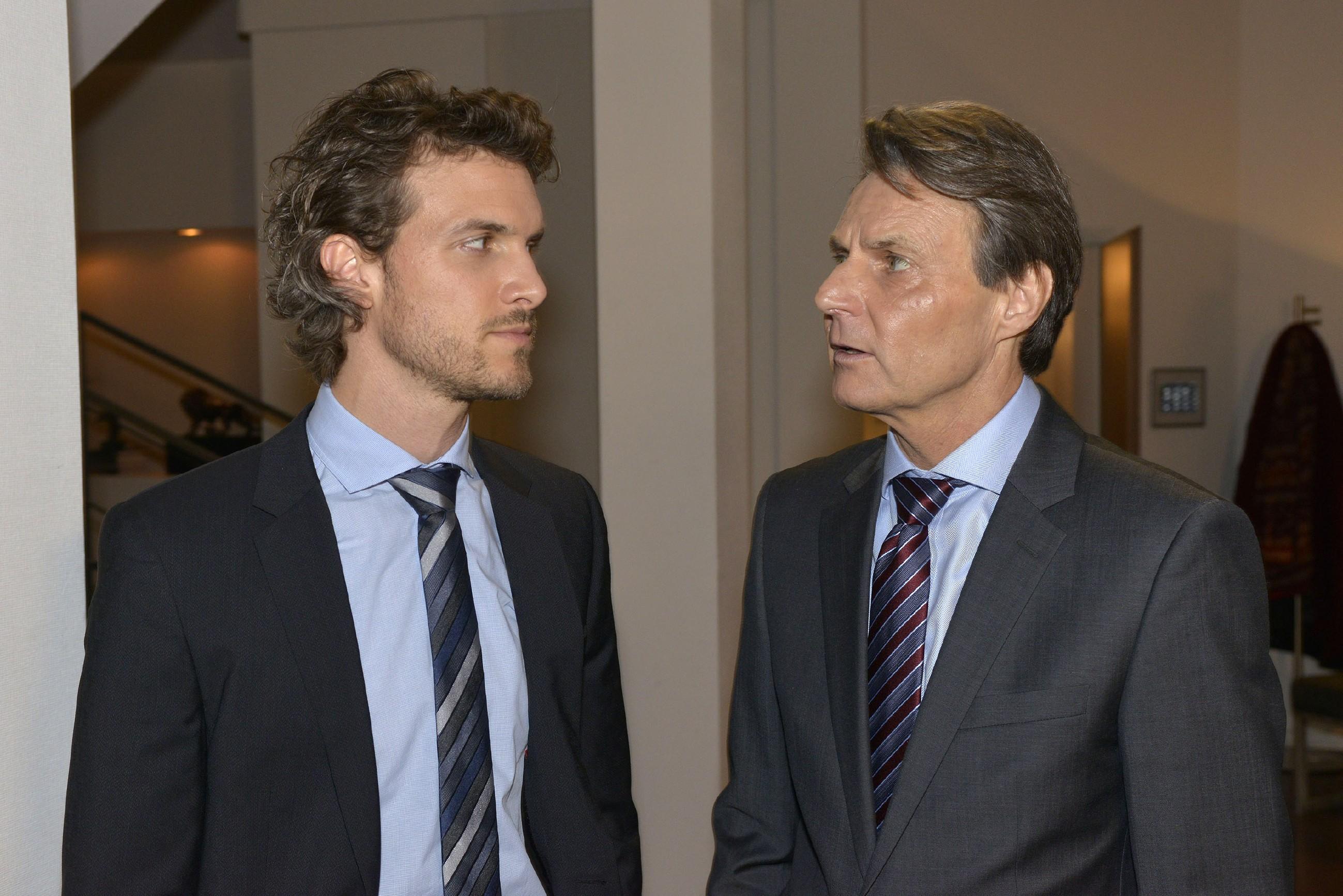 Gerner (Wolfgang Bahro, r.) zeigt sich Felix (Thaddäus Meilinger) gegenüber optimistisch, Katrin aus der Firma rauswerfen zu können. (RTL / Rolf Baumgartner)