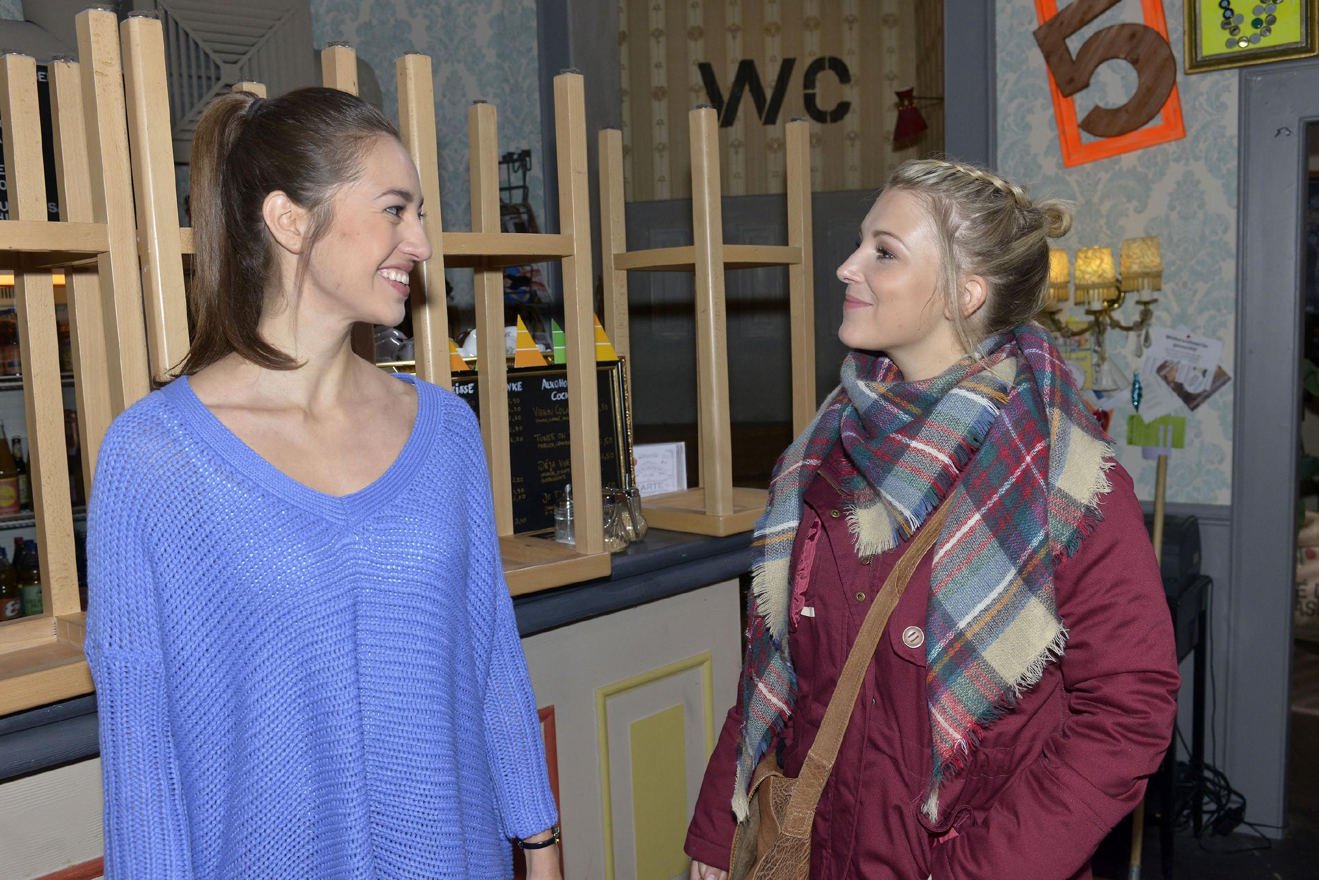 Elena (Elena Garcia Gerlach, l.) freut sich, als sie von Lilly (Iris Mareike Steen) zum WG-Weihnachtsessen eingeladen wird und ihre Hoffnung, sich mit den Freunden aussöhnen zu können, wächst. (RTL / Rolf Baumgartner)