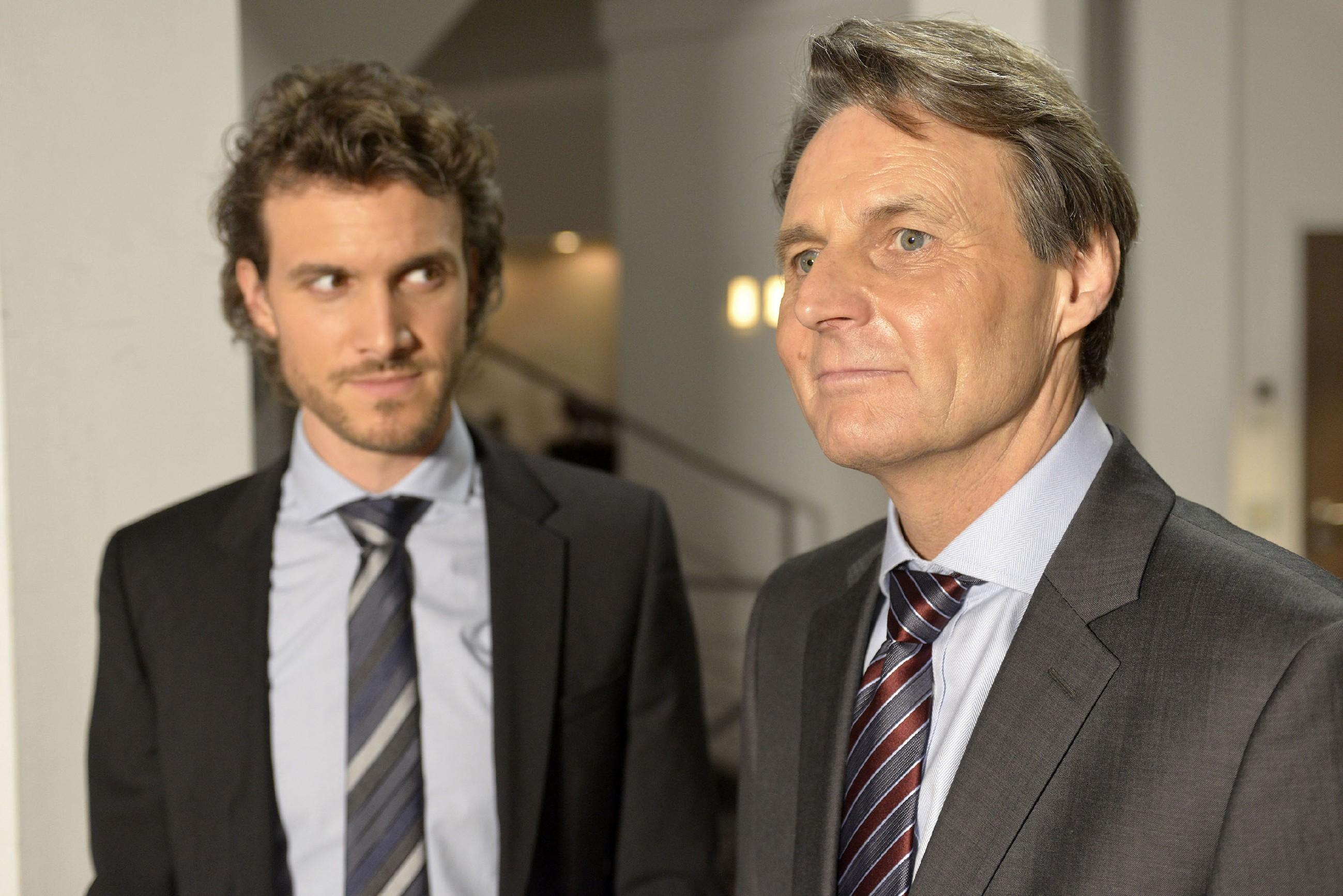 Gerner (Wolfgang Bahro, r.) lässt Felix (Thaddäus Meilinger) wissen, dass er Katrin über die Feiertage schonen will. (RTL / Rolf Baumgartner)