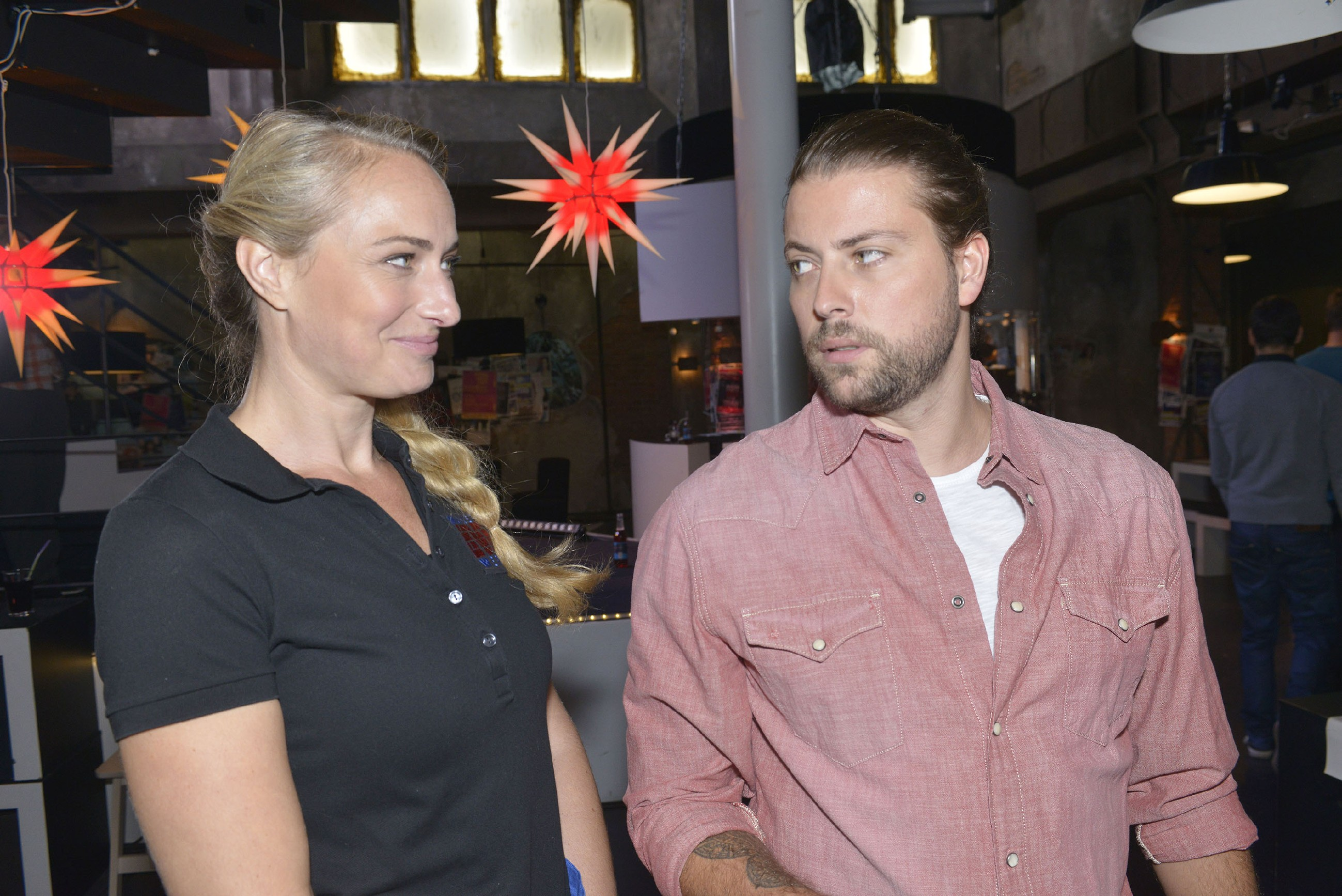 John (Felix von Jascheroff) ist von Maren (Eva Mona Rodekirchen) einfach nur genervt. (RTL / Rolf Baumgartner)