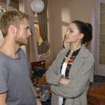 Als Paul (Niklas Osterloh) sich männlich-souverän gegenüber Emily (Anne Menden) zeigt, ist sie zwar unwillkürlich beeindruckt, doch trotzdem genervt, weil Paul mit den Renovierungsarbeiten nur schleppend vorankommt. (Quelle: RTL / Rolf Baumgartner)