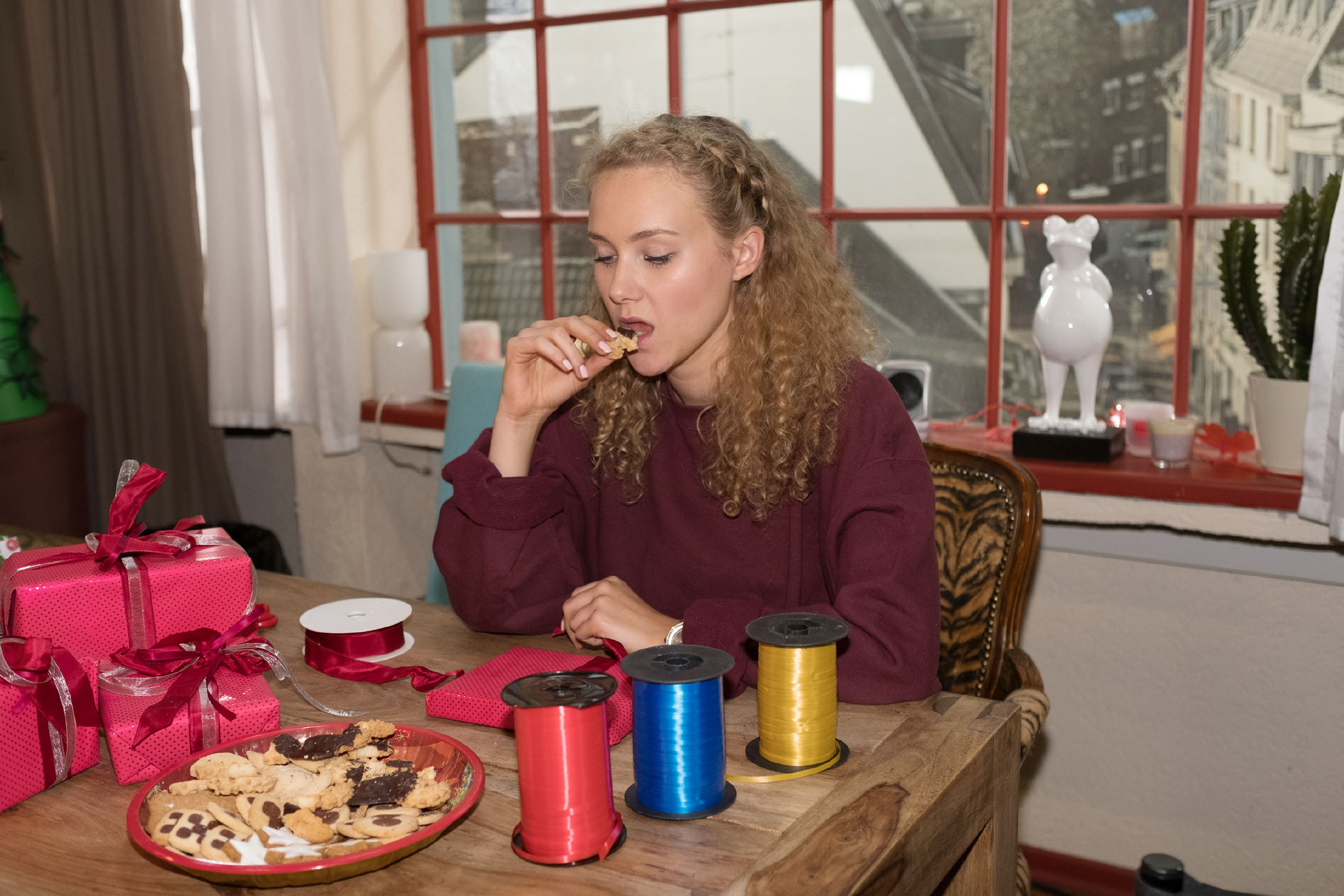KayC (Pauline Angert) stabilisiert ihr nach der Fast- Vergewaltigung angeknackstes Selbstbewusstsein mit Essen. (Quelle: RTL / Stefan Behrens)