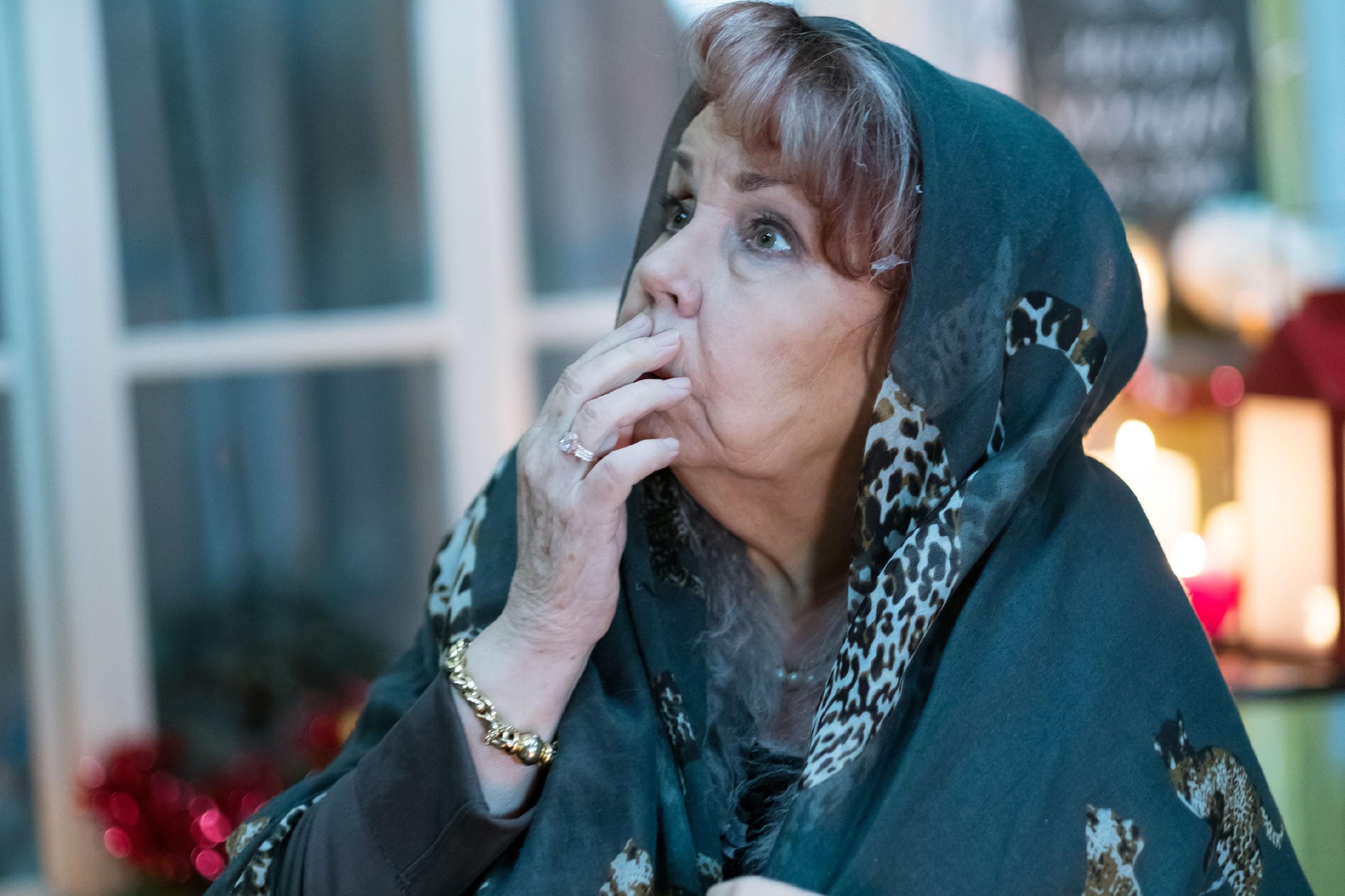 Roswitha (Andrea Brix) vernichtet mit einem Schlag die mühsam erkämpfte Weihnachtsdekoration im Innenhof. (Quelle: RTL / Stefan Behrens)