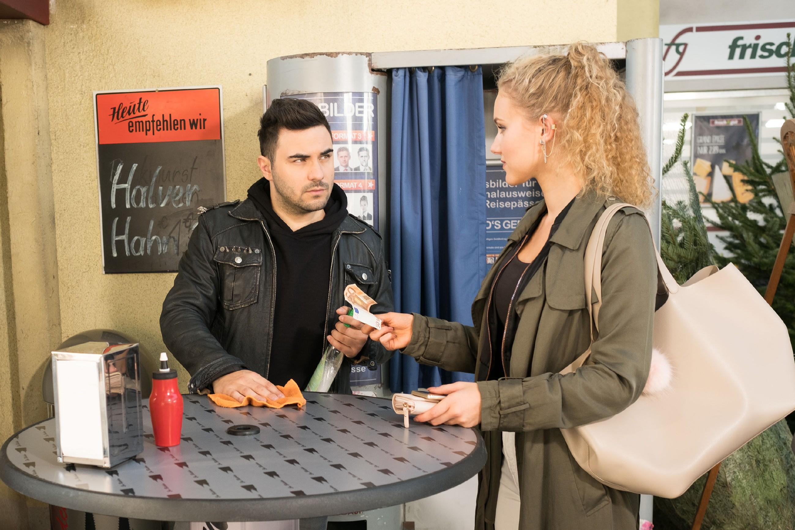KayC (Pauline Angert) investiert zuversichtlich in ihre Karriere und will sich von Easy (Lars Steinhöfel) professionell fotografieren lassen. (Quelle: RTL / Stefan Behrens)