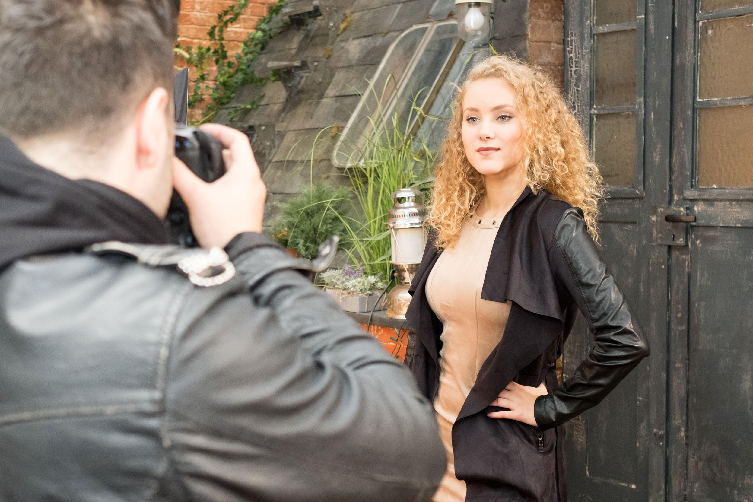 KayC (Pauline Angert) gibt vor Easys (Lars Steinhöfel, Rückansicht) Kamera alles, um ihre Karriere voran zu treiben. (Quelle: RTL / Stefan Behrens)