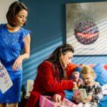 Simone (Tatjana Clasing, M.) besucht Jenny (Kaja Schmidt-Tychsen, l.) in ihrem Hotelzimmer, um sie zu einem gemeinsamen Weihnachtsfest in der Villa zu überreden. Stolz zeigt Annabelle Simone ihre Geschenke. (Quelle: RTL / Willi Weber)