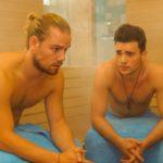 Ronny (Bela Klentze, r.) nutzt in der Sauna die Gelegenheit, sich bei Leo (Julian Bayer) Tipps im Umgang mit Michelle zu holen.