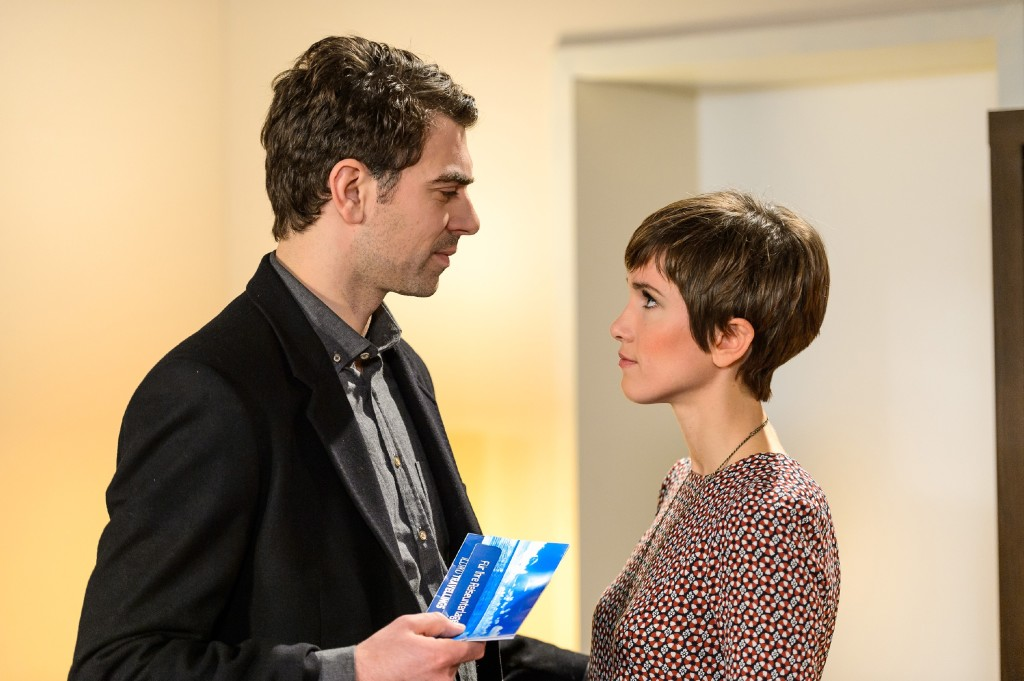 Veit (Carsten Clemens) lässt Pia (Isabell Horn) in dem Glauben, dass er die Drogen entsorgen wird.