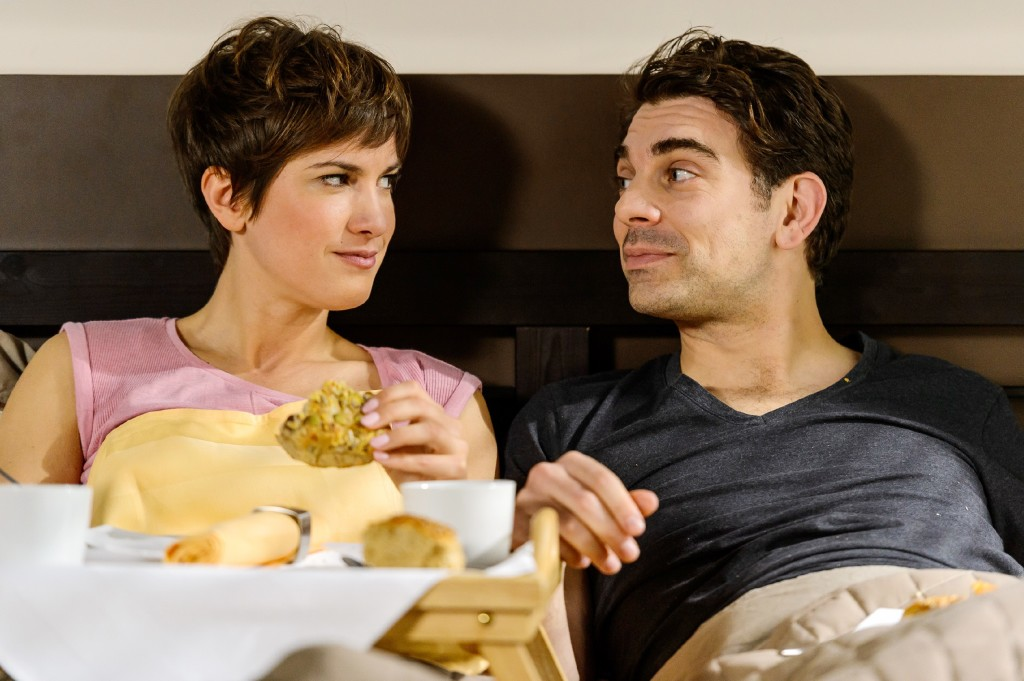Beim gemeinsamen Frühstück im Bett wird Pia (Isabell Horn) von Veits (Carsten Clemens) Geständnis überrumpelt, bereits einen Flug für ihre Auswanderung gebucht zu haben.