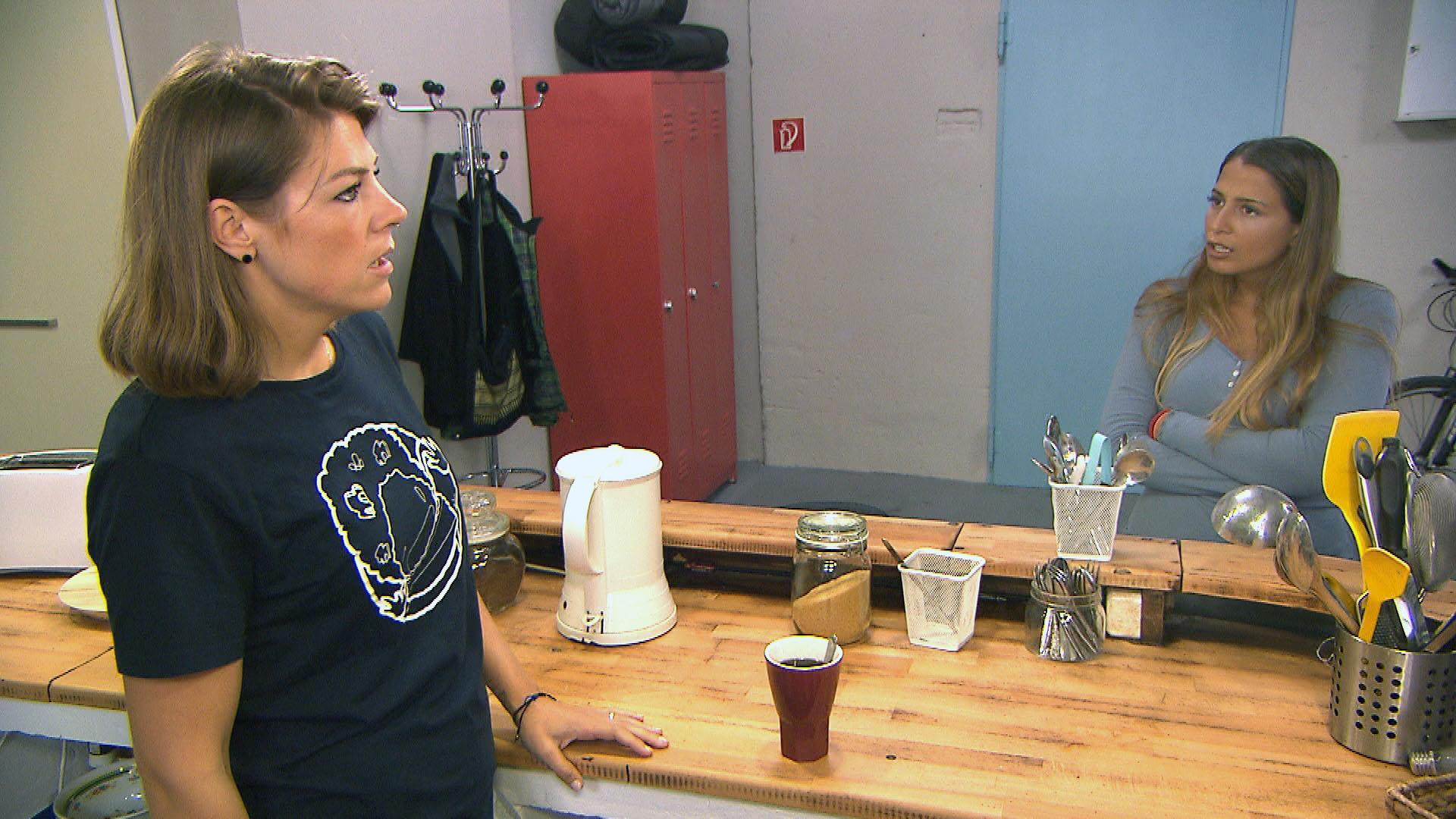 Alessia (re.) erfährt, dass es gar nicht Fabrizio war, der ihr das Fotoshooting geschenkt hat, sondern Alina (li.).