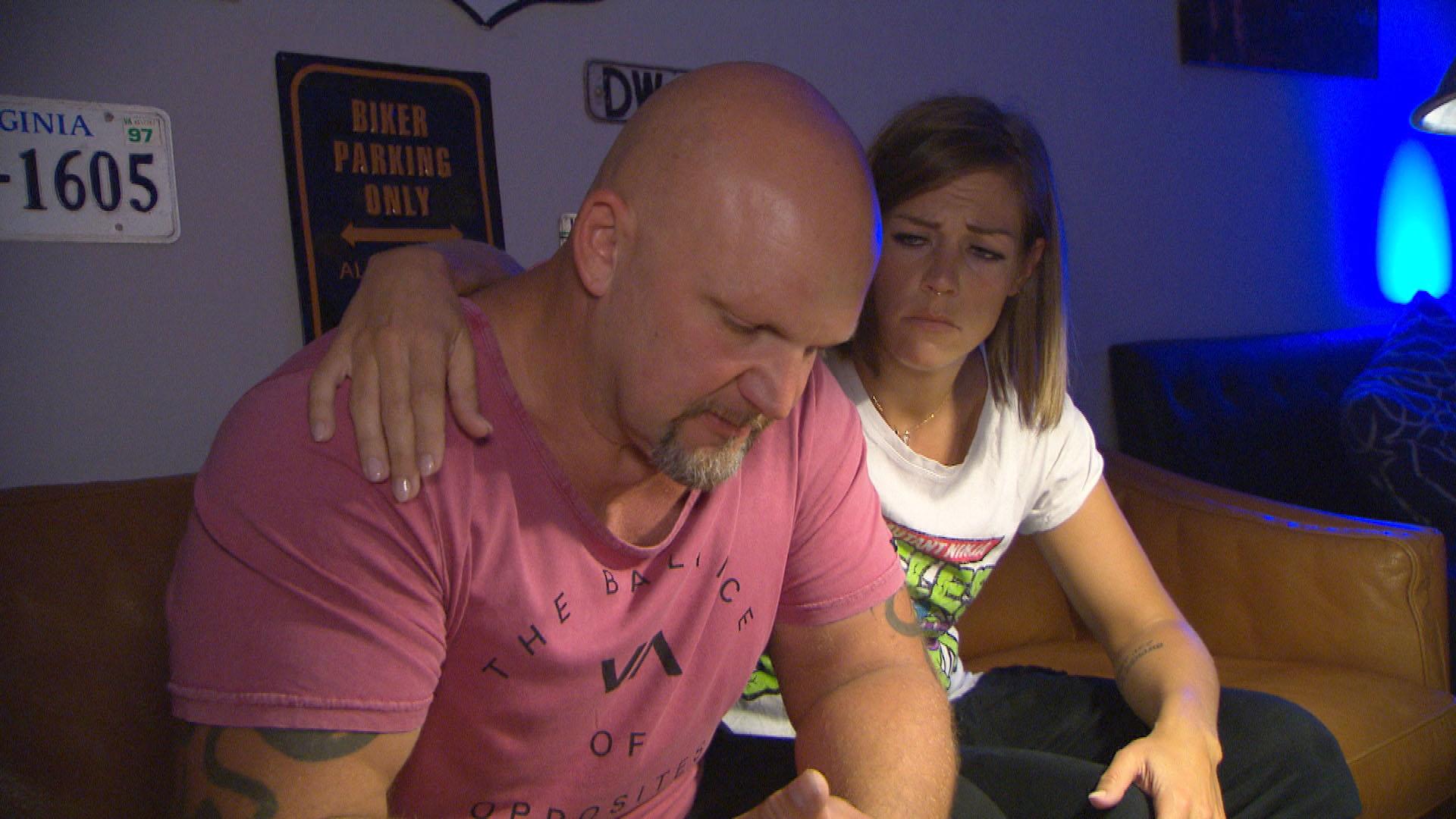 Als Joe (re.) durch ein Schreiben der Versicherung vor Augen geführt wird, dass er in drei Monaten schon von Peggy geschieden sein wird, kommen ihm Zweifel. Alina (li.) möchte Joe überzeugen, um Peggy zu kämpfen.