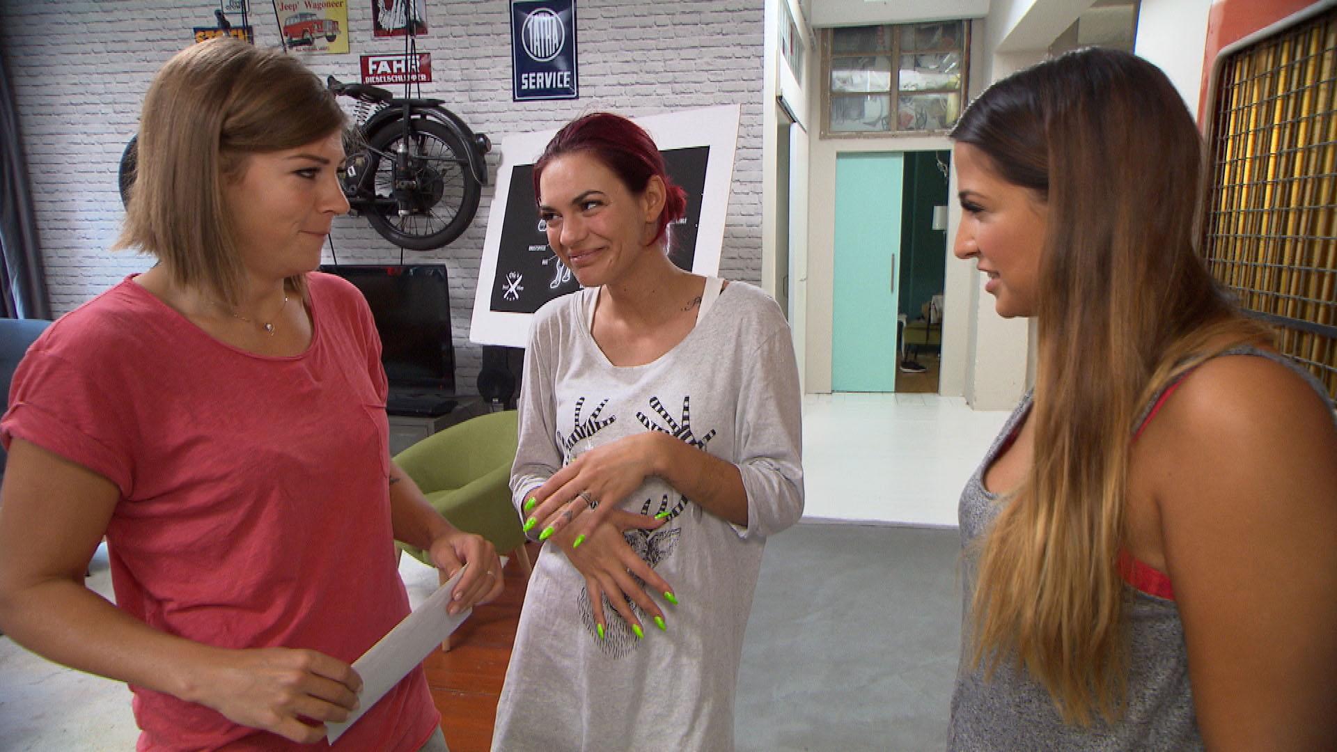 Als Ole und Fabrizio mal wieder Machosprüche machen, wollen (v.re.) Alessia, Jessica und Alina ihnen eine Lektion erteilen... (Quelle: RTL 2)