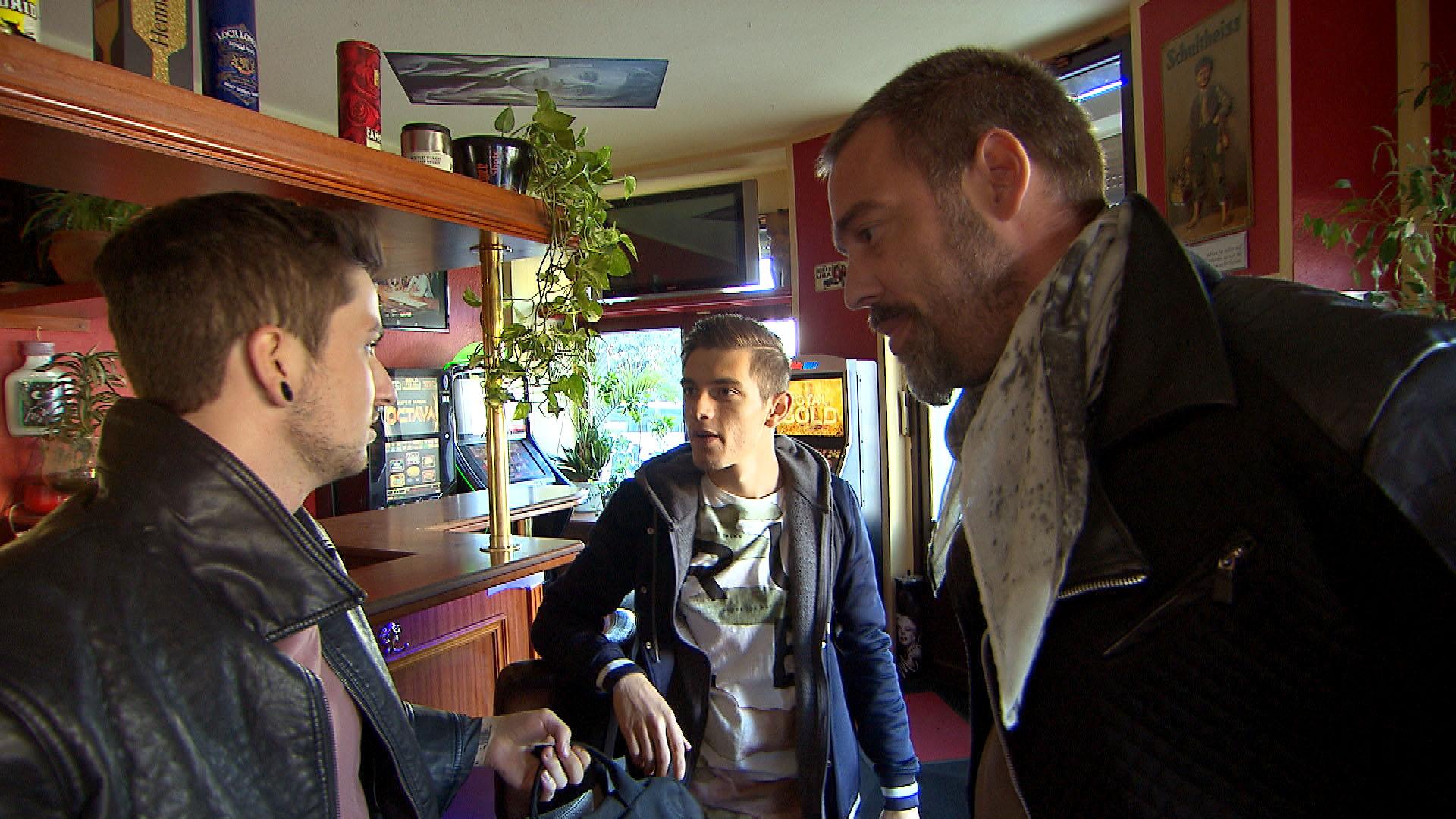 Jannes möchte Aylin überraschen, doch Theo macht ihm einen Strich durch die Rechnung. v.li.: Jannes, Malte, Theo (Quelle: RTL 2)