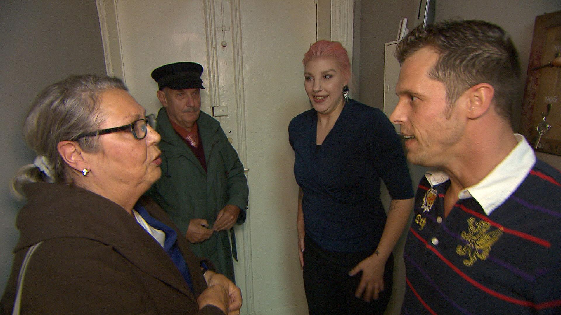 Bevor sich Paulas und Bastis Eltern zum ersten Mal begegnen, ist Basti extrem nervös. v.li.: Paulas Eltern, Paula und Basti (Quelle: RTL 2)