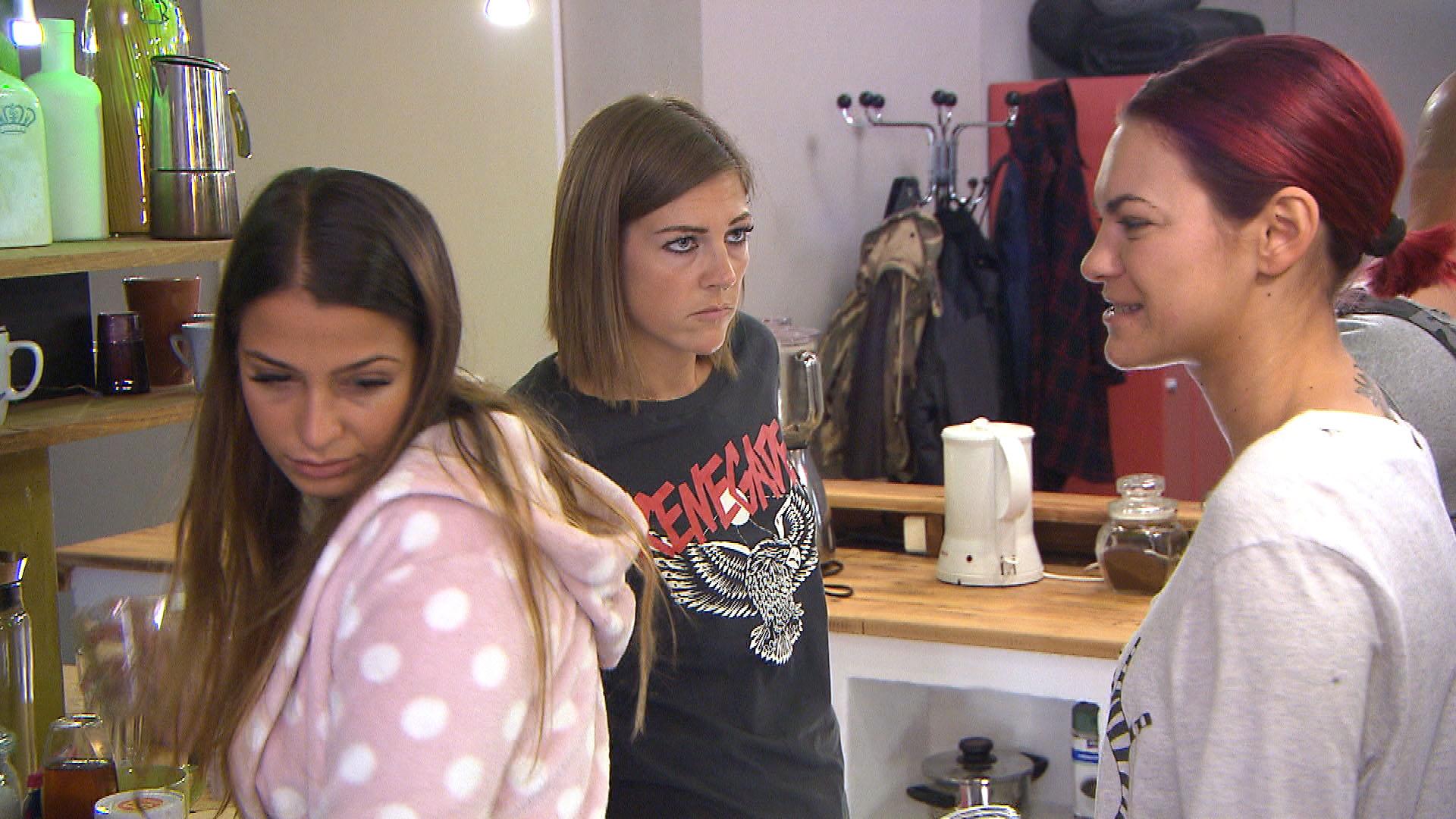 Basti und Paula sind entsetzt, als Paulas Eltern ankündigen, der Hochzeit fernbleiben zu wollen. (Quelle: RTL 2)