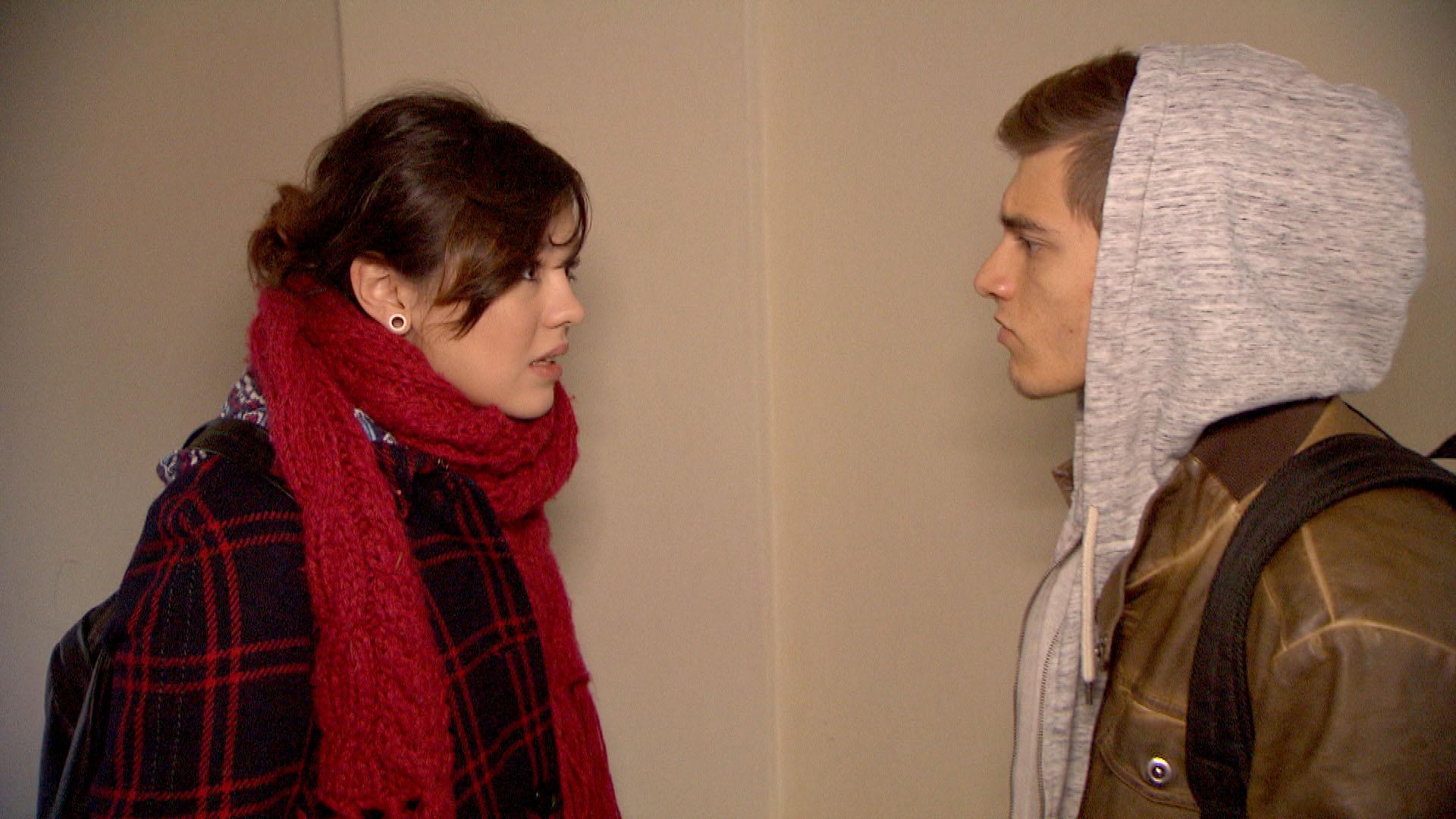 Als Malte bei Aylin einen Knutschfleck entdeckt und rausfinden möchte, wer der Neue ist, packt Aylin die Panik. (Quelle: RTL 2)