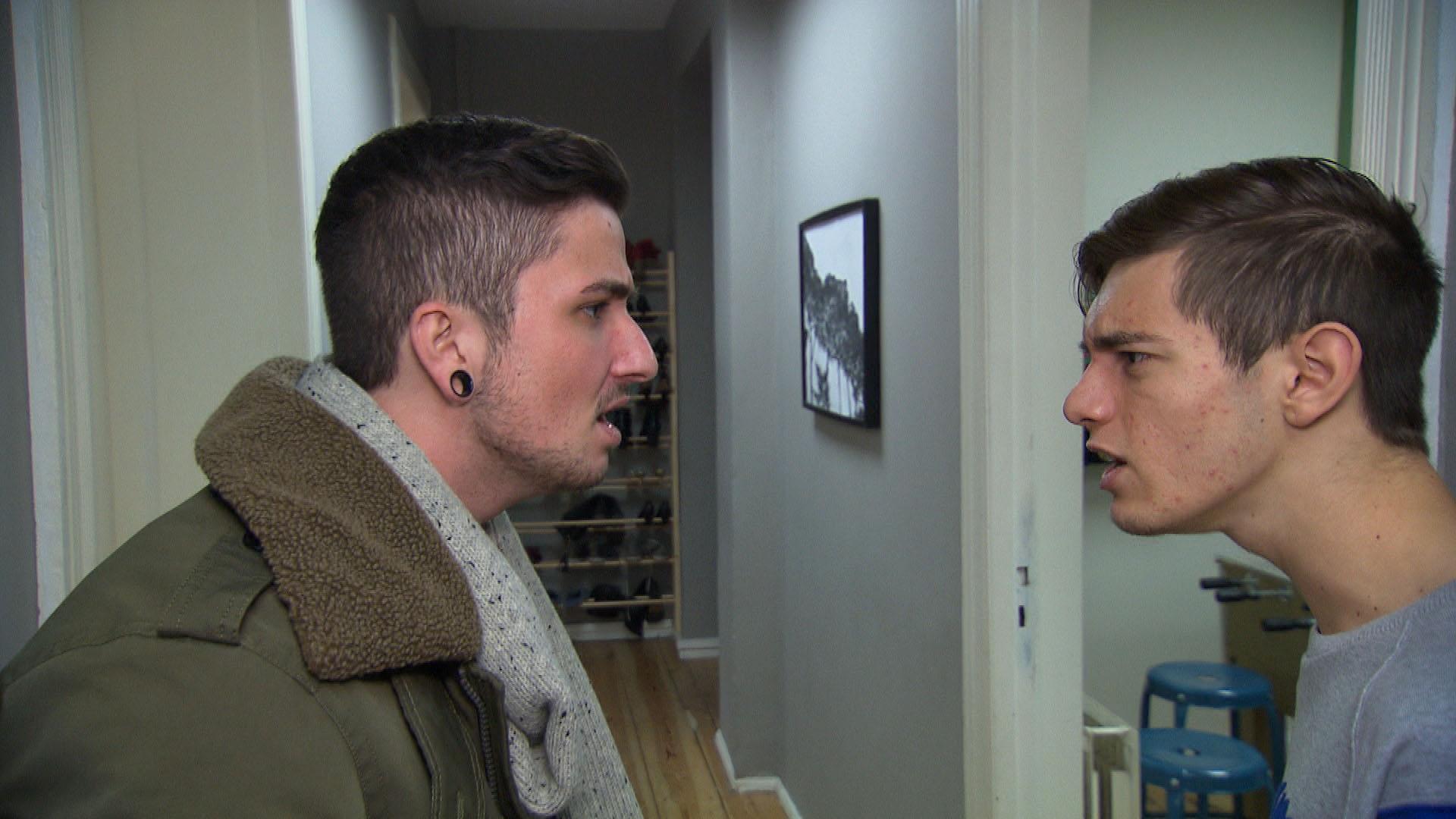Jannes (li.) ist besorgt, dass Malte (re.) zu Theo in die Kneipe ziehen möchte. (Quelle: RTL2)