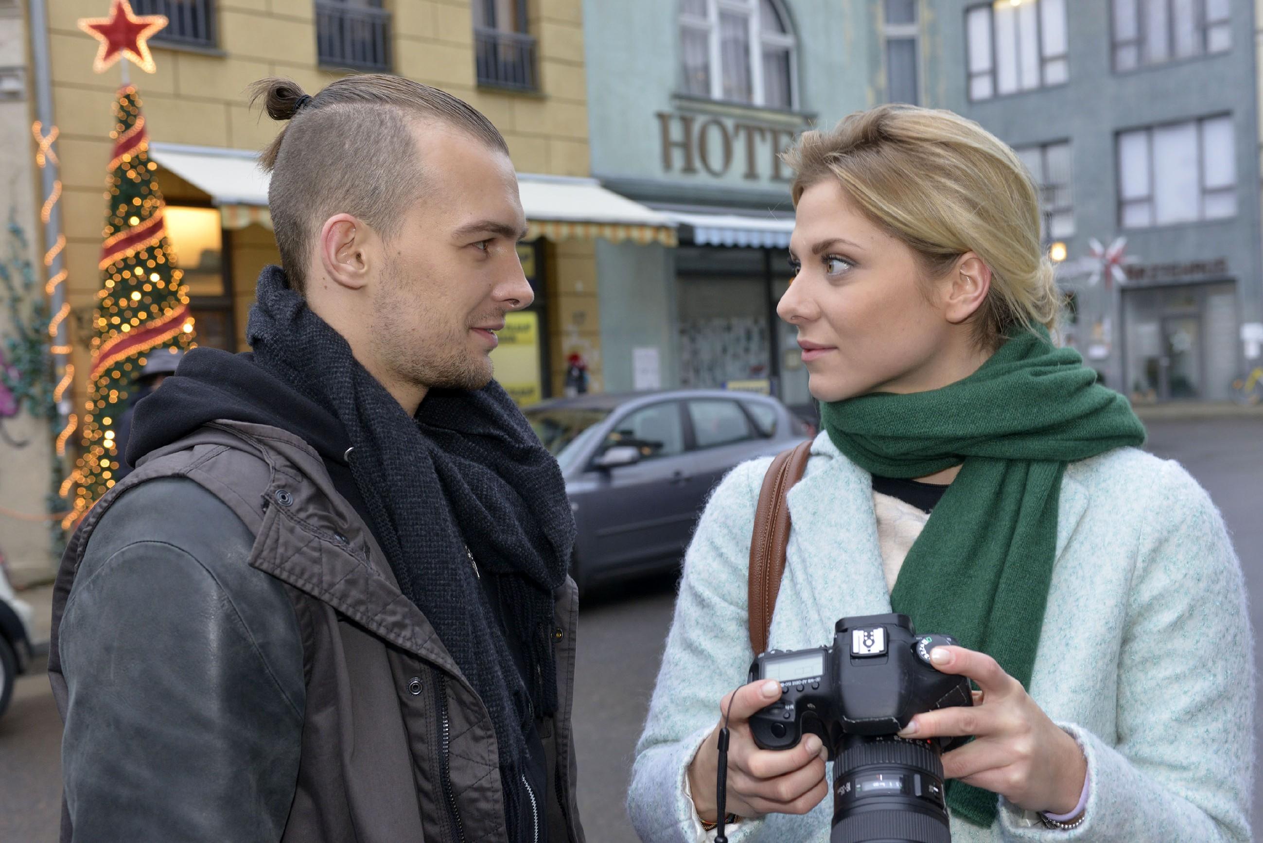Chris (Eric Stehfest) ist froh, dass er und Sunny (Valentina Pahde) wieder Freunde sind, und versucht zu akzeptieren, dass Sunnys Herz an Felix vergeben ist. Nur leider kann Chris seine Gefühle nicht so einfach abstellen...