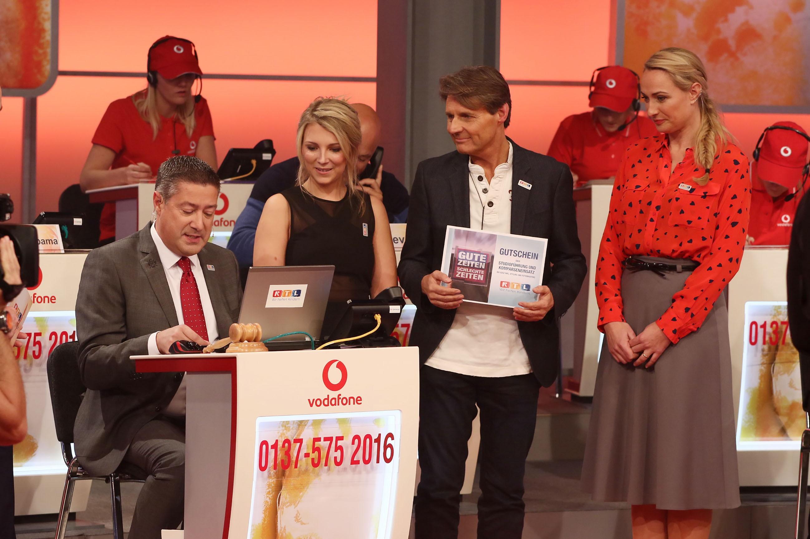 Sensation. Charity-Auktionator Joachim Llambi verkündet den Anwesenden Darstellern Iris Mareike Stehen, Wolfgang Bahro und Eva Mona Rodenkirchen (v.li.), dass der Set-Besuch bei GZSZ für 22.500 Euro versteigert wurde.