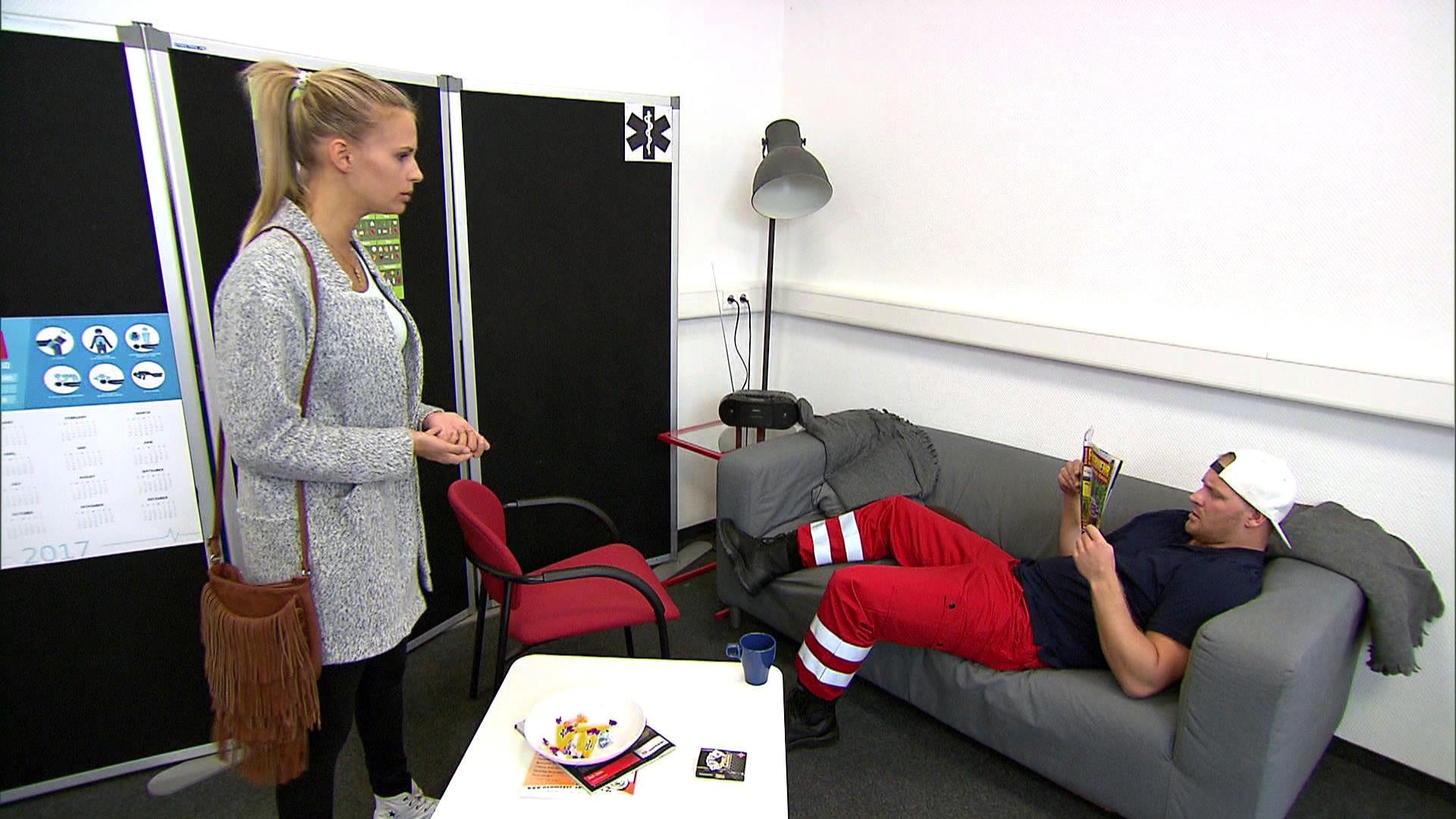 Jule (li.) wird von Lukas (re.) auf der Rettungswache zu einer unsinnigen Aufgabe verdonnert. (Quelle: RTL 2)