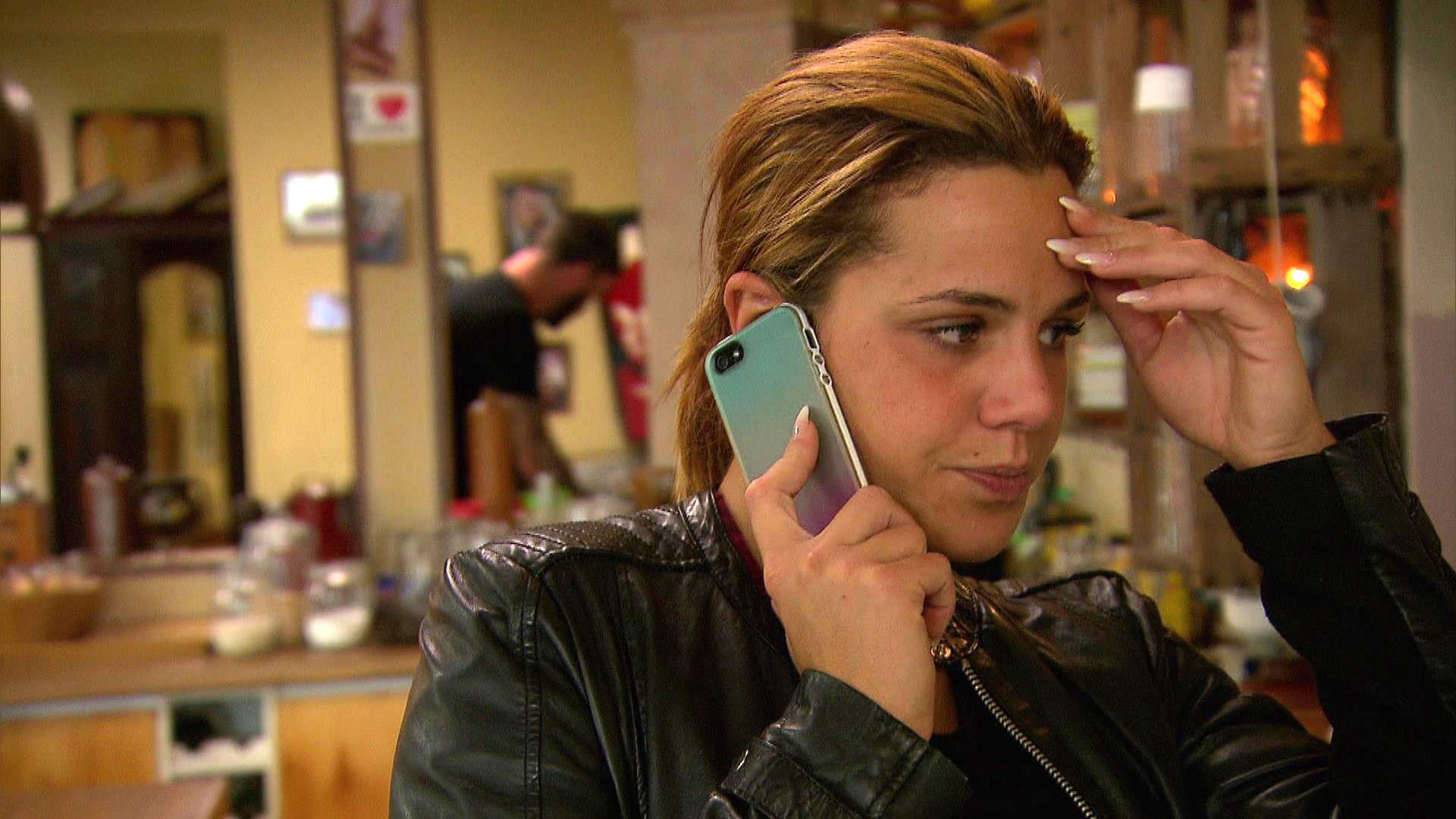 Sophia erfährt, dass die Versicherung den Schaden im Restaurant nicht übernehmen wird. (Quelle: RTL 2)