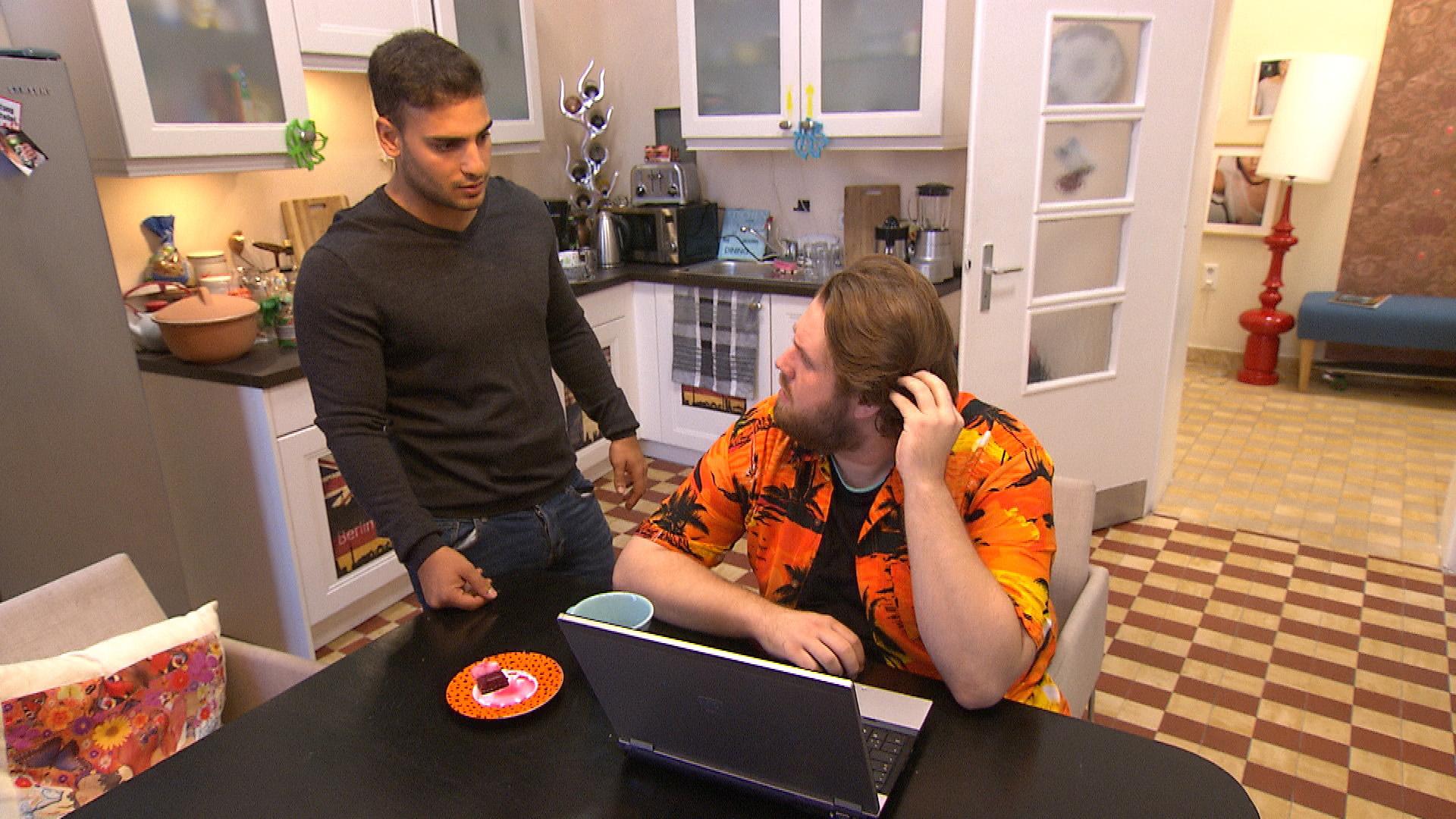 Jan (re.) verkündet, dass er Holly heiraten will. Cem (li.) ist geschockt - vor allem als er erfährt, dass er Trauzeuge sein soll. (Quelle: RTL 2)