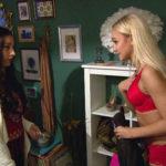 Lina (re.) schlägt Elli (li.) vor, gemeinsam einen Promo-Job anzunehmen. (Quelle: RTL2)