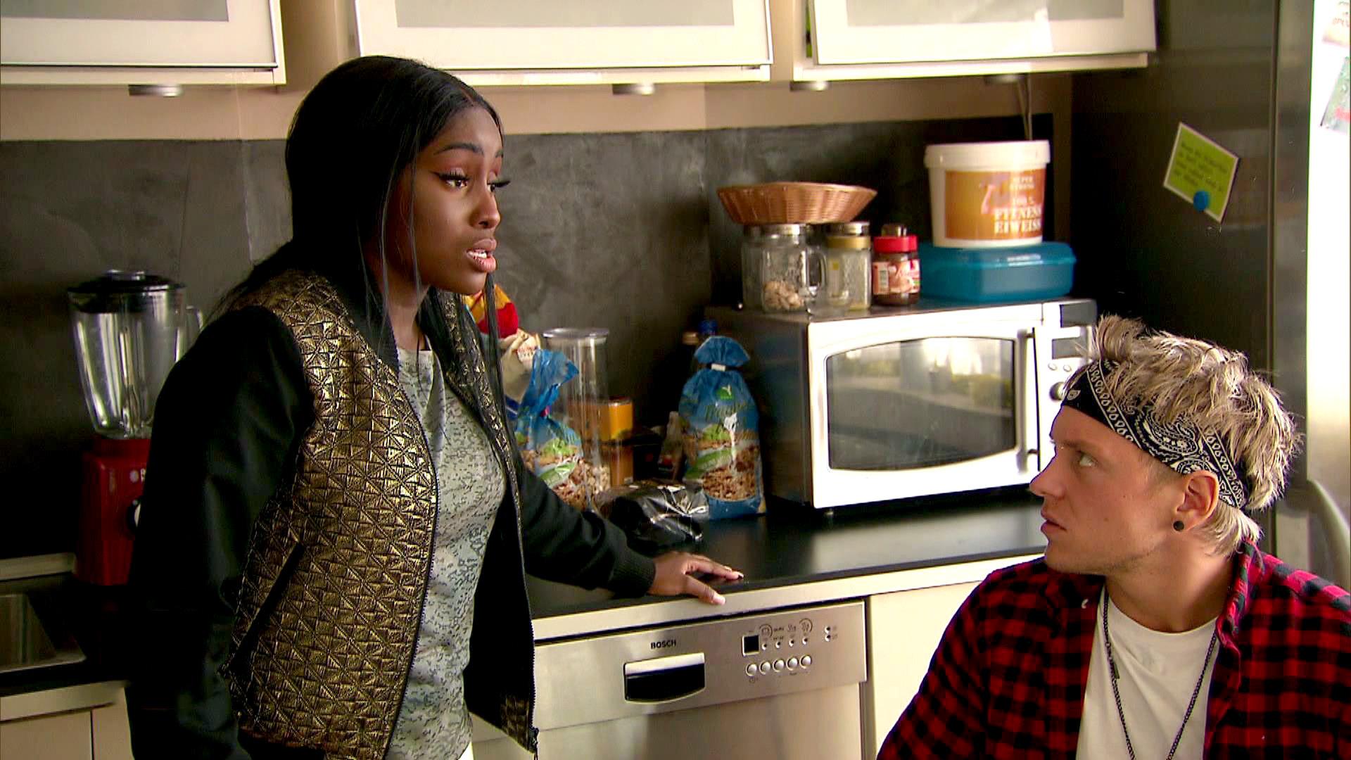 Michelle kommt nach ihrer Nachtschicht übel zugerichtet nach Hause, eine Mädchengang hat ihr die Schuhe geklaut. Sie schwört auf Rache.. (Foto, re.: Kevin) (Quelle: RTL2)