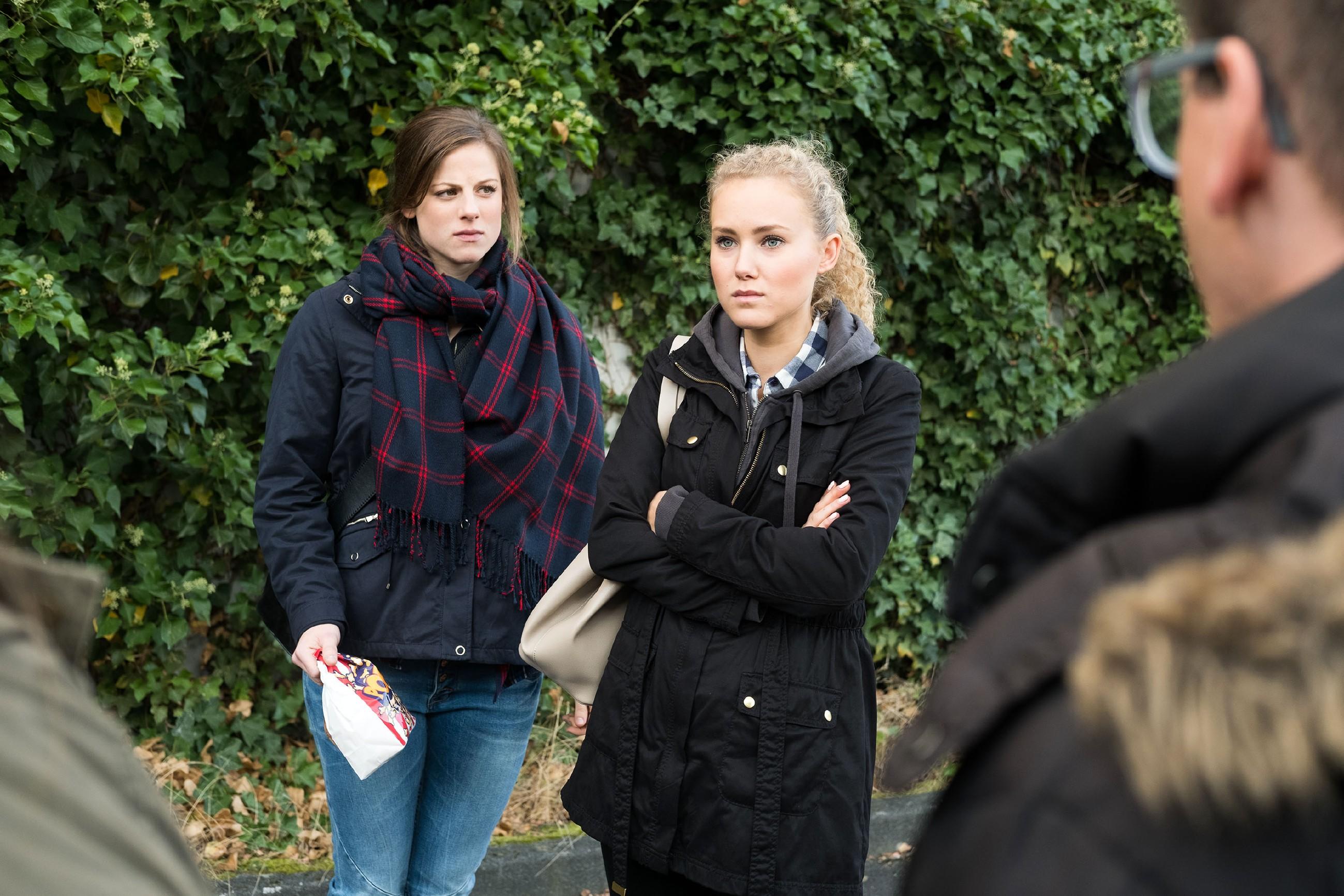 Als Elli (Nora Koppen, l.) KayC (Pauline Angert) einen Cousinen-Tag vorschlägt, ist sie dankbar für die Ablenkung, wird dann aber durch aufdringliche Follower wieder an den sexuellen Übergriff erinnert... (Quelle: RTL / Stefan Behrens)