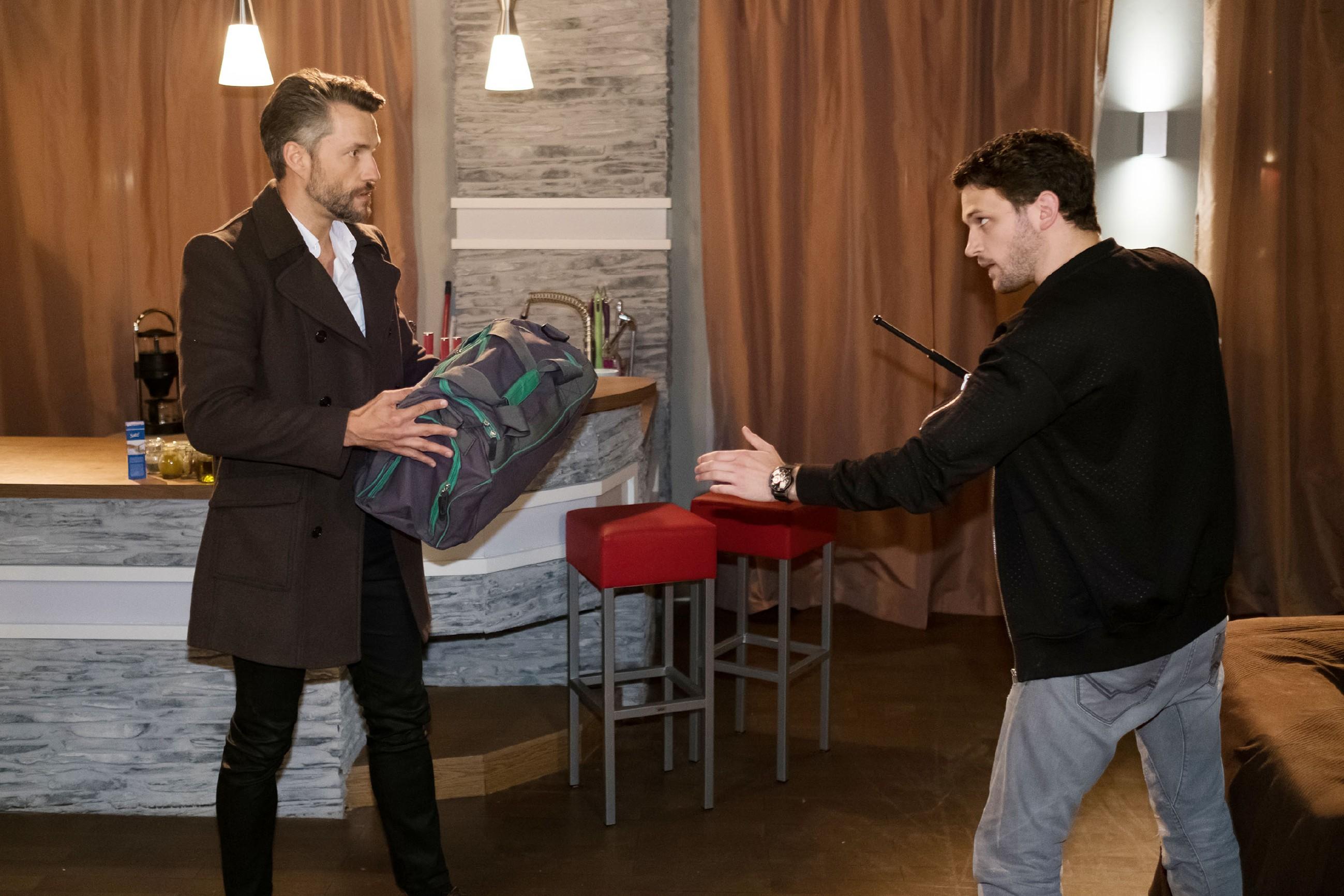 Maltes (Stefan Bockelmann, l.) Wut kocht hoch, als Mario (Arne Rudolf) ihn in seiner Wohnung erwartet... (Quelle: RTL / Stefan Behrens)