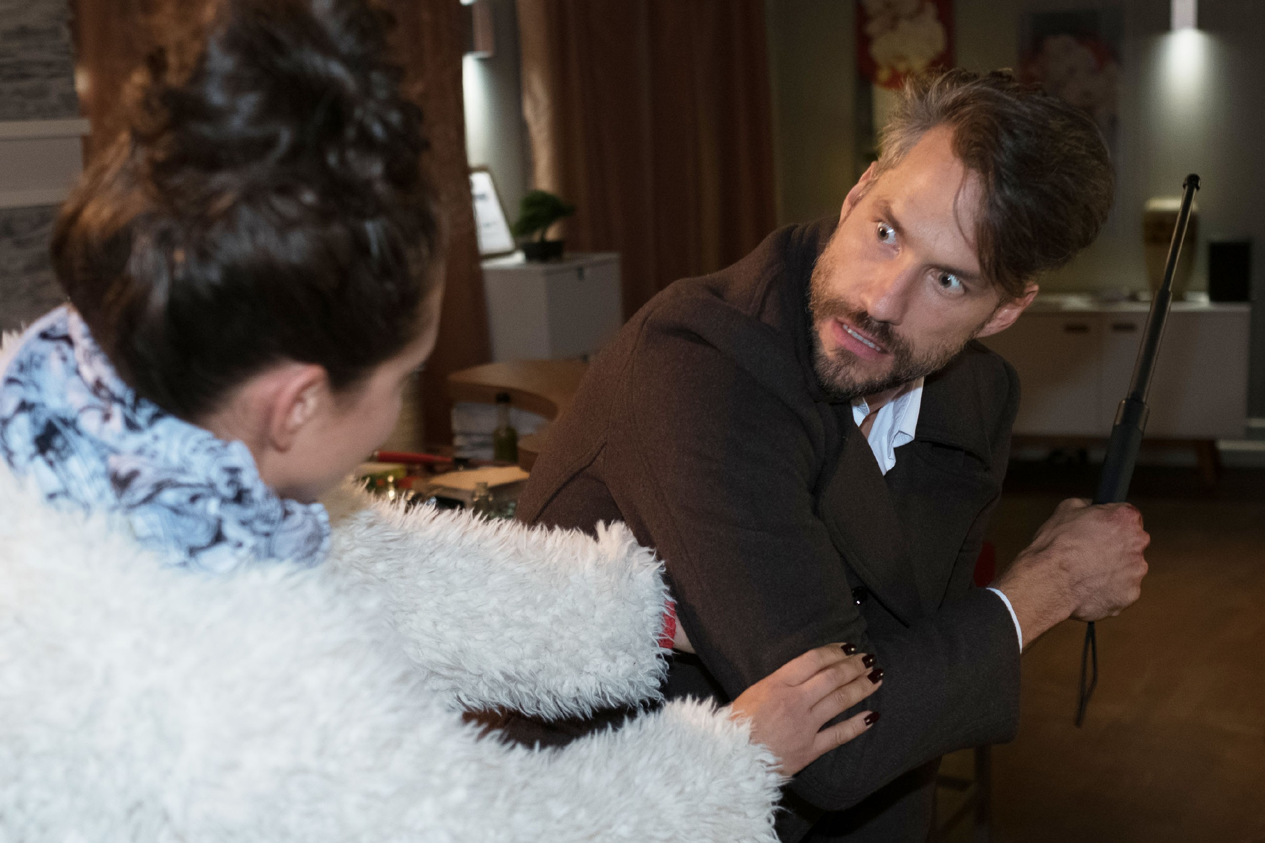 Caro (Ines Kurenbach) versucht Malte (Stefan Bockelmann) in letzter Sekunde davor zu bewahren, einen fatalen Fehler zu begehen... (Quelle: RTL / Stefan Behrens)