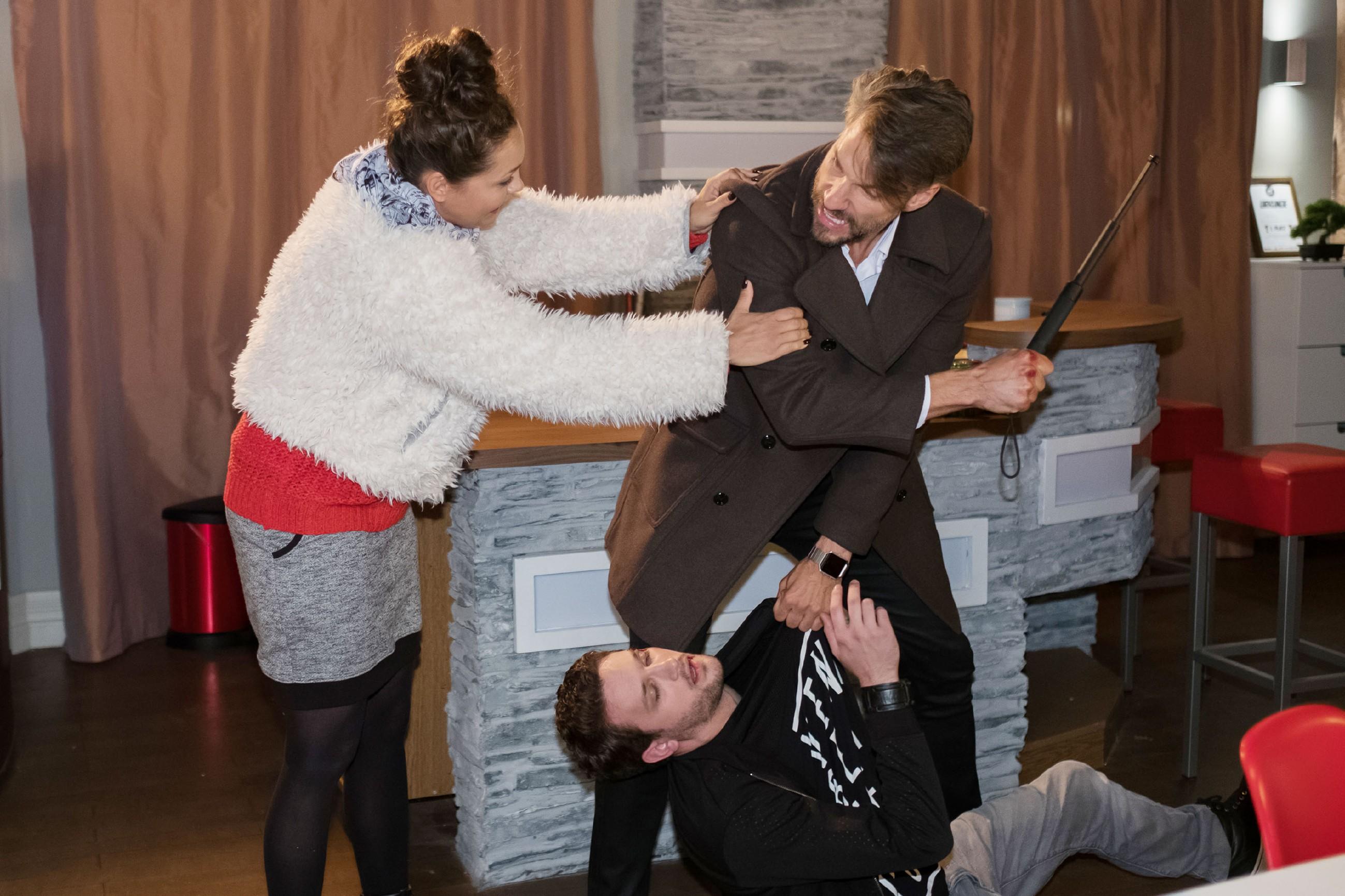 Caro (Ines Kurenbach) versucht Malte (Stefan Bockelmann) in letzter Sekunde davon abzuhalten, einen fatalen Fehler zu begehen und Mario (Arne Rudolf, unten) zu erschlagen... (Quelle: RTL / Stefan Behrens)
