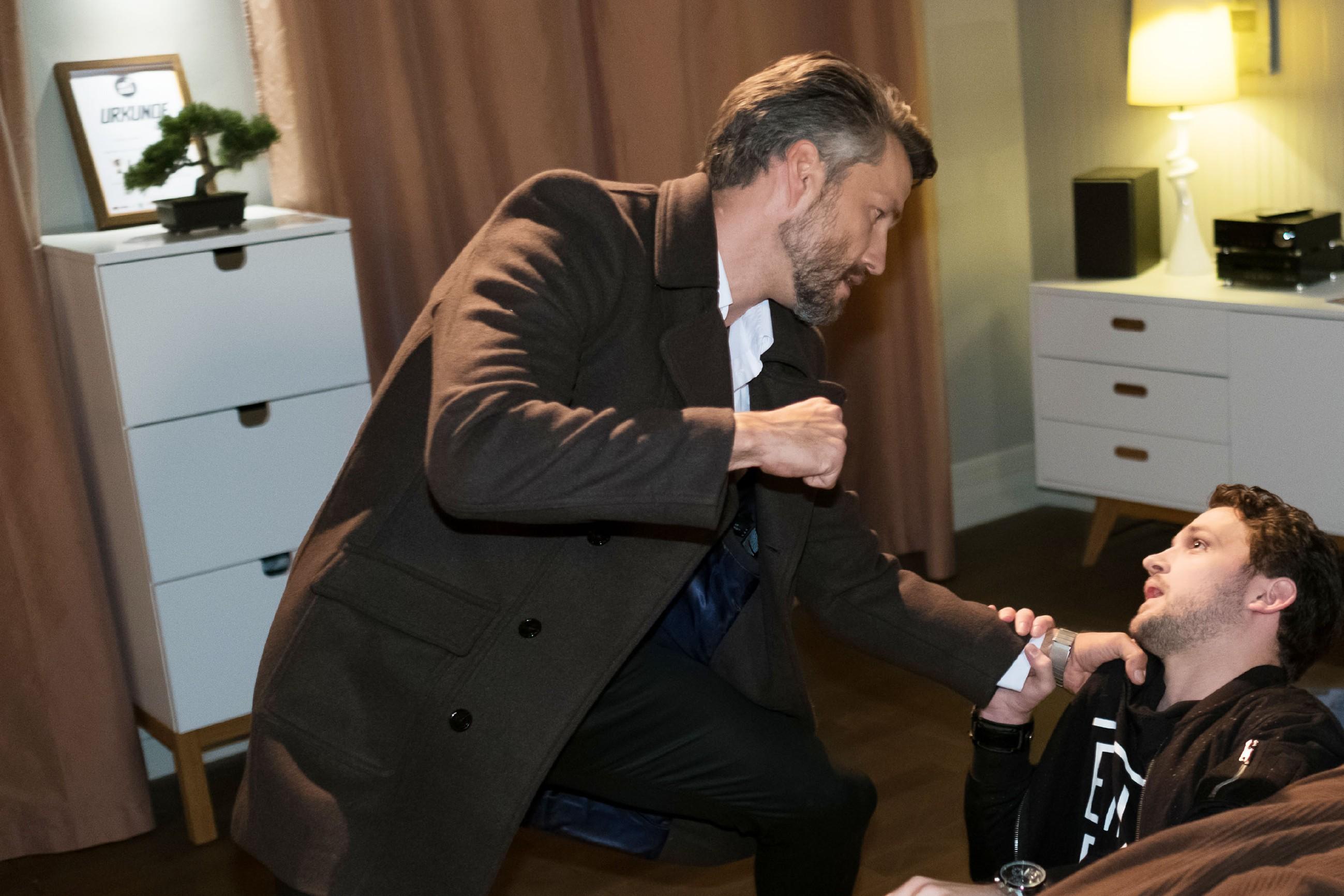 Als Mario (Arne Rudolf, r.) in Maltes (Stefan Bockelmann) Wohnung auf ihn wartet und drohend das Geld einfordert, kommt es zum erbitterten Kampf zwischen den beiden... (Quelle: RTL / Stefan Behrens)