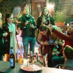 V.l.: KayC (Pauline Angert), Sina (Valea Katharina Scalabrino), Bambi (Benjamin Heinrich), Elli (Nora Koppen), Tobias (Patrick Müller), Paco (Milos Vukovic) und Ringo (Timothy Boldt) feiern den Jahreswechsel auf der Dachterrasse. (Quelle: RTL / Stefan Behrens)