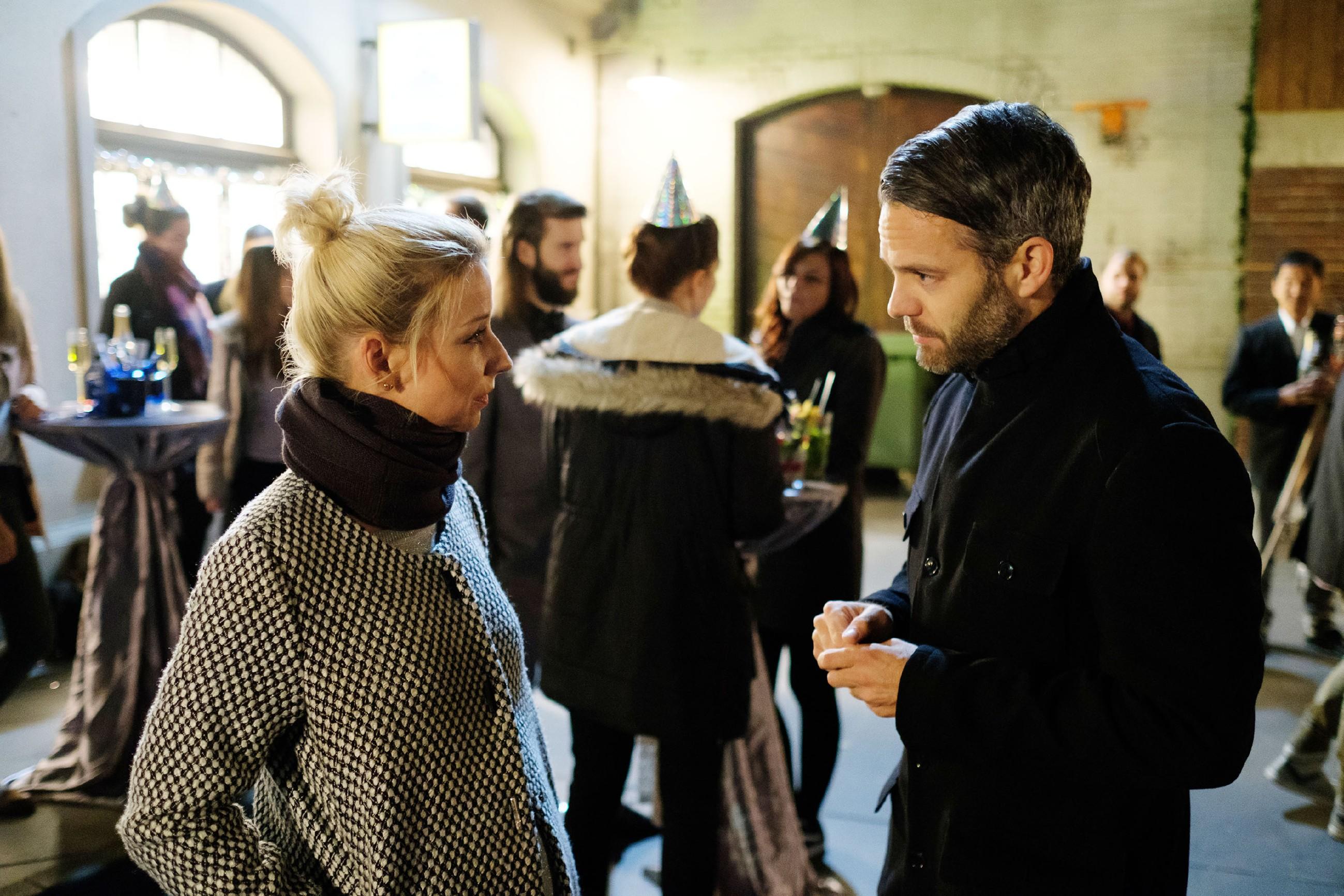 Ute (Isabell Hertel) ist erleichtert, als Till (Ben Ruedinger) am Silvesterabend einen versöhnlichen Schritt auf sie zugeht. (Quelle: RTL / Stefan Behrens)