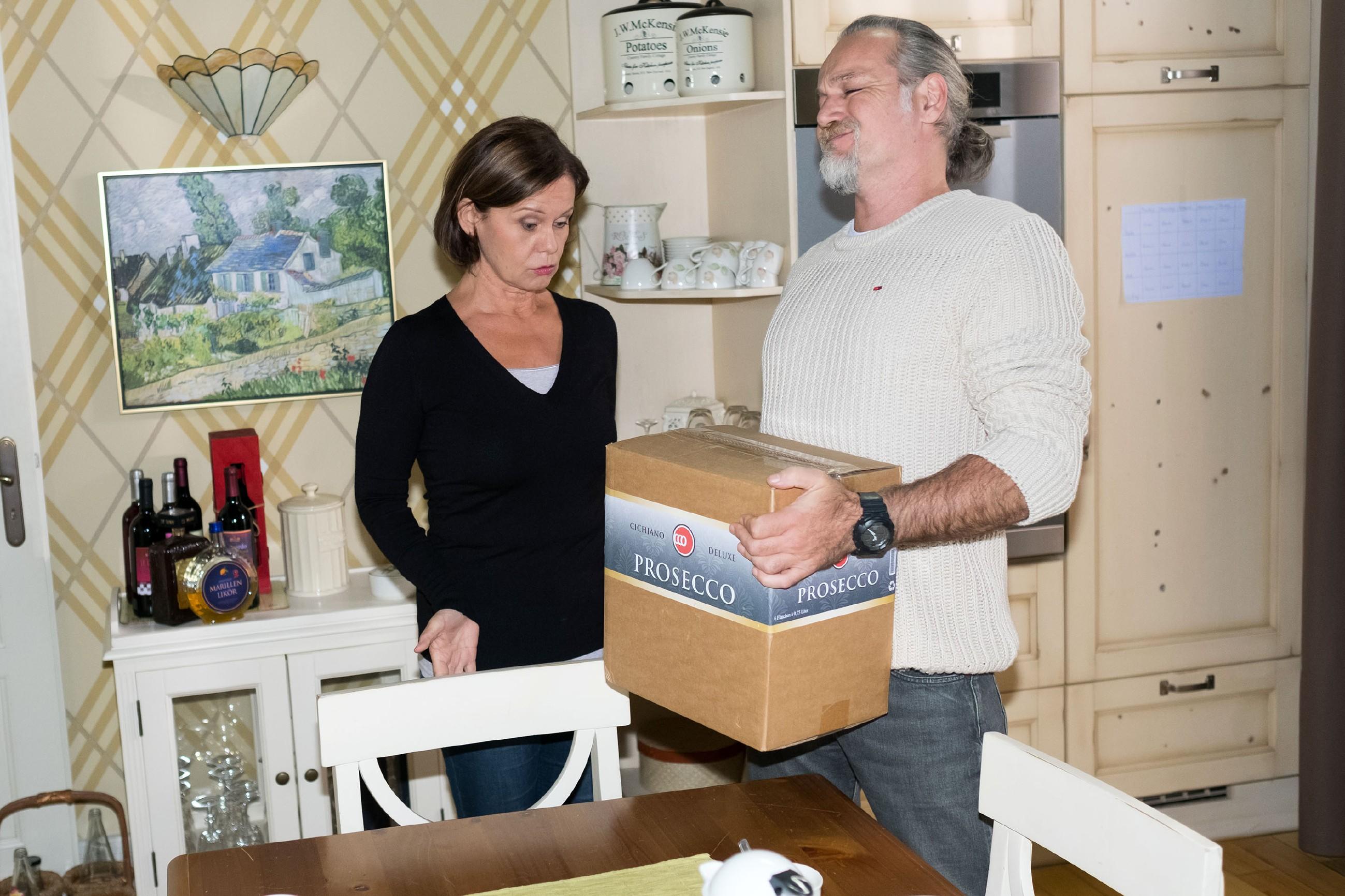 Irene (Petra Blossey) erkennt, dass Robert (Luca Maric) die körperlichen Folgen des Überfalls nicht verdrängen kann. (Quelle: RTL / Stefan Behrens)