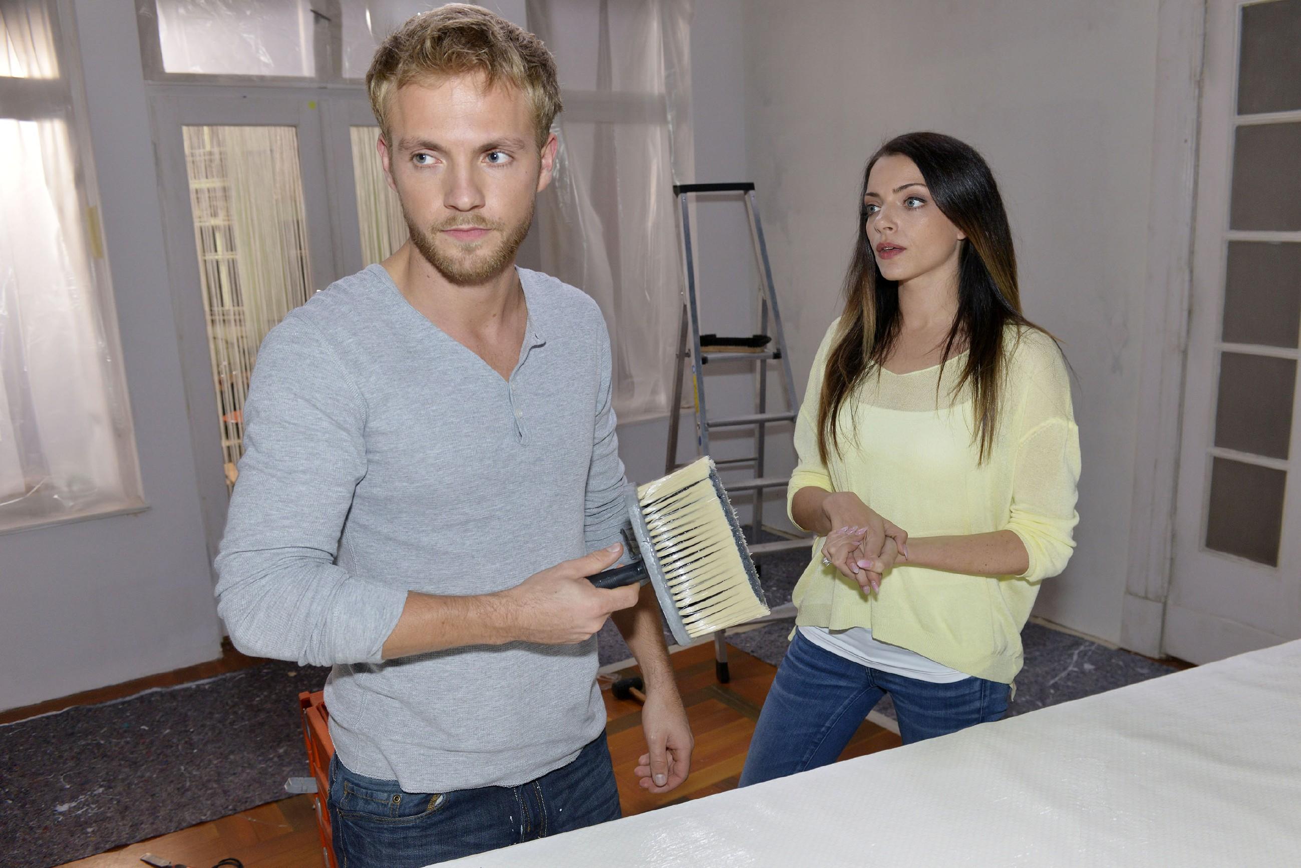 Um Paul (Niklas Ostloh) für die Renovierungsarbeiten in die Spur zu bringen, beschließt Emily (Anne Menden), ihm Nachhilfe in Sachen Frauen zu geben, damit er seine Ex zurückgewinnt. (Quelle: RTL / Rolf Baumgartner)