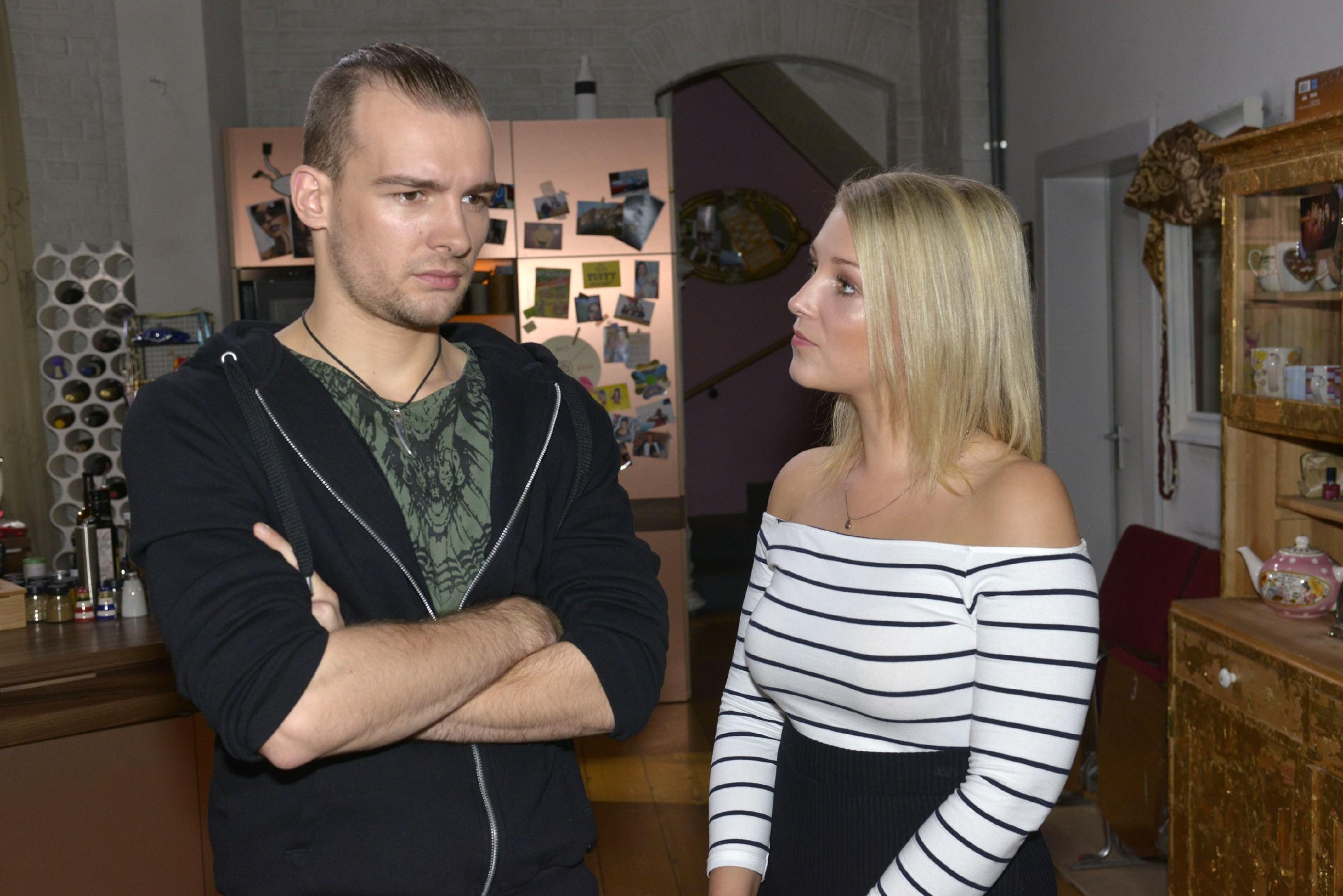 Lilly (Iris Mareike Steen) rät Chris (Eric Stehfest), Sunny endlich die Wahrheit über seine Gefühle zu sagen. (Quelle: RTL / Rolf Baumgartner)