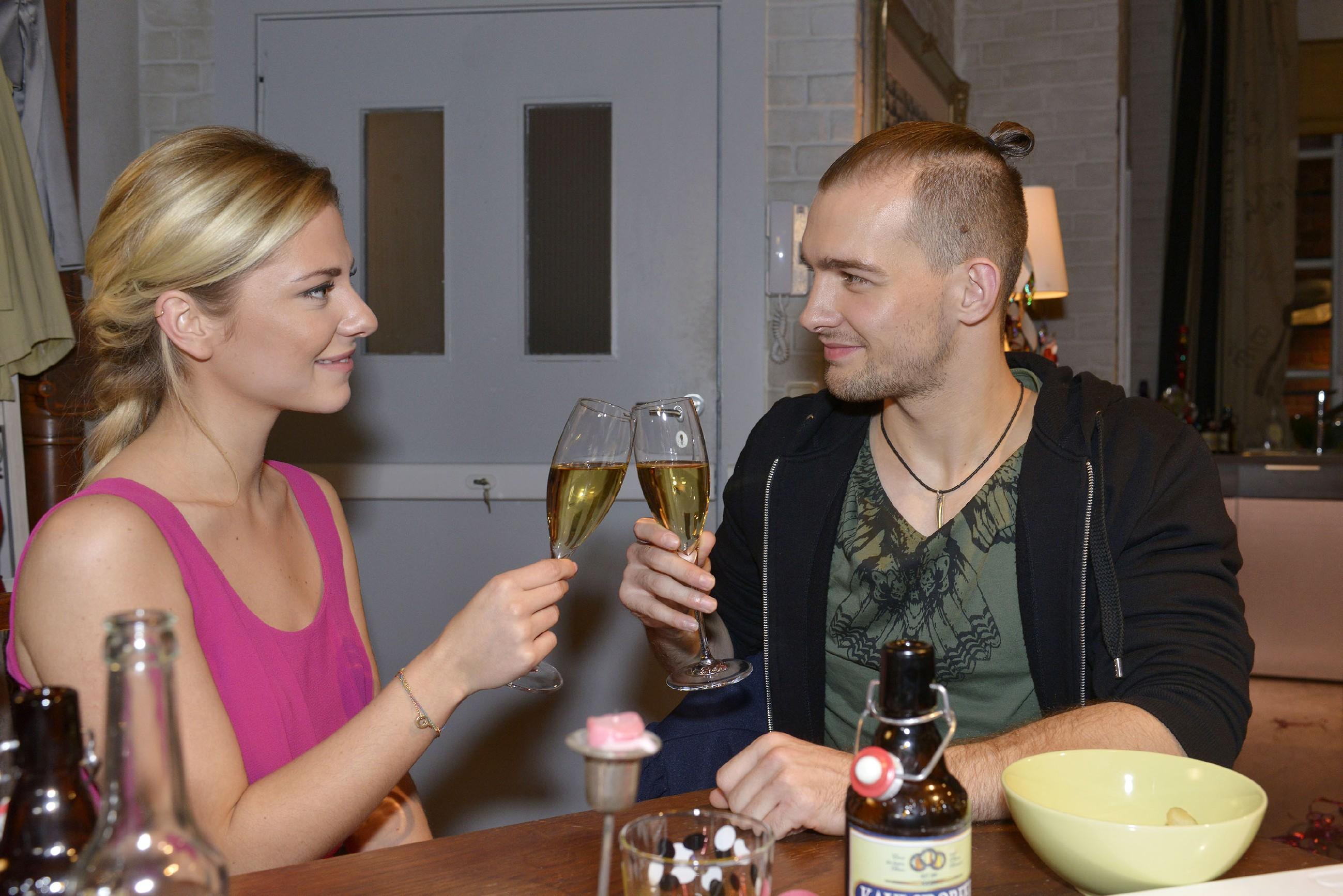 Chris (Eric Stehfest) stößt mit Sunny (Valentina Pahde) auf Silvester an und in ihm gärt der Gedanke, dass er keine Zeit mehr verschwenden sollte, um Sunny zu zeigen, dass er in sie verliebt ist.. (Quelle: RTL / Rolf Baumgartner)