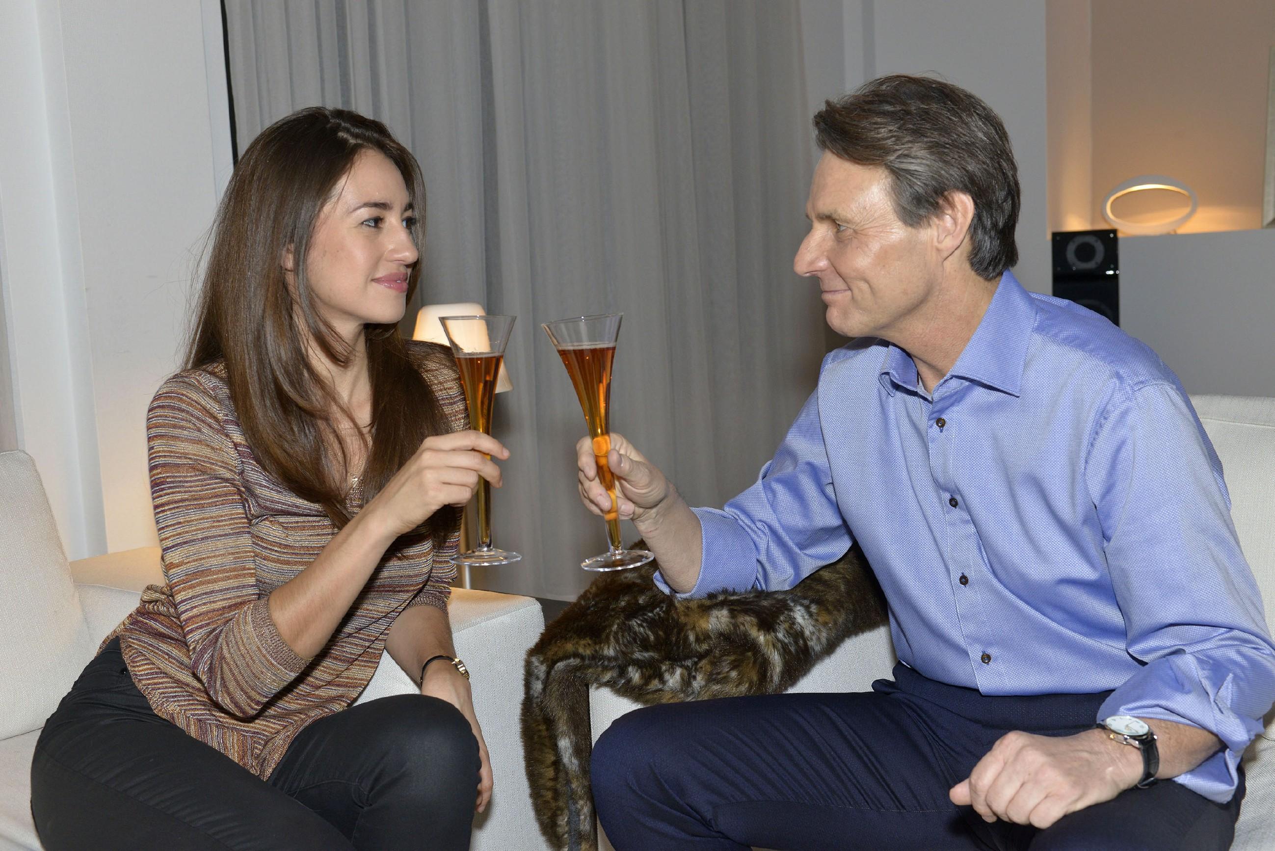 Elena (Elena Garcia Gerlach) ist dankbar, dass sie den Silvesterabend bei Jo Gerner (Wolfgang Bahro) verbringen kann. (Quelle: RTL / Rolf Baumgartner)